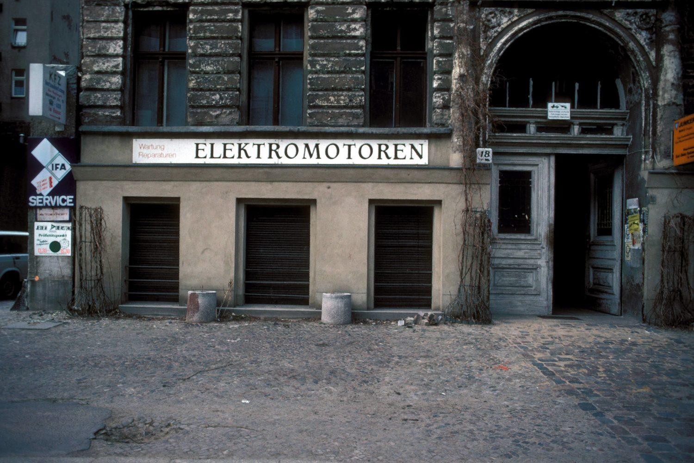 Elektromotoren-Kundendienst in der Oderberger Straße in Prenzlauer Berg, frühe 1990er-Jahre. Foto: Imago/Dieter Matthes
