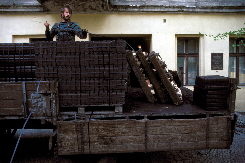 Kohlenlieferung in der Rykestraße, frühe 1990er-Jahre. Foto: Imago/Dieter Matthes