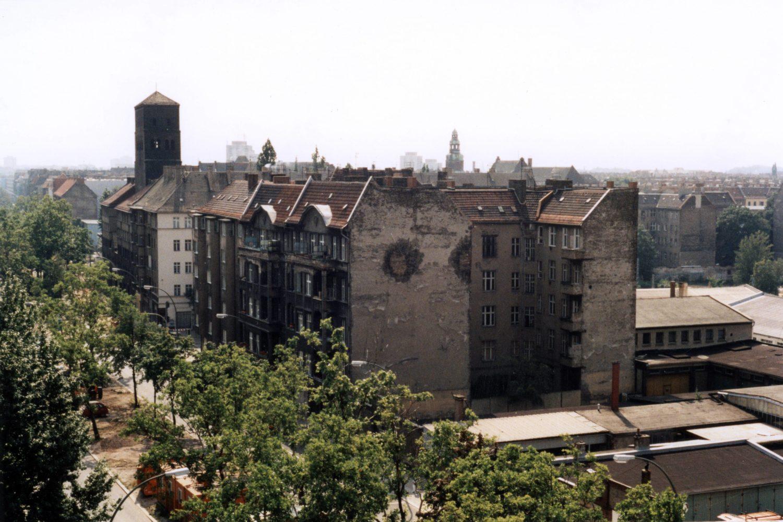Alte Wohnhäuser in der Wichertstraße in Prenzlauer Berg, Mitte der 1990er. Foto: Imago/Seeliger