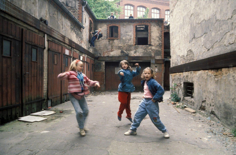 Kinder spielen in einem Hinterhof in Prenzlauer Berg, frühe 1990er-Jahre. Foto: Imago/Werner Schulze