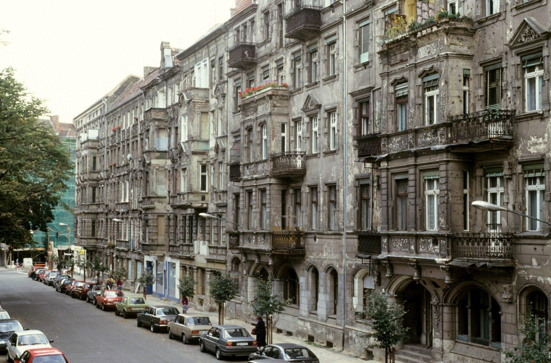 Unsanierte Altbauten in der Greifenhagener Straße, Aufnahme von 1997. Foto: Imago/Seeliger