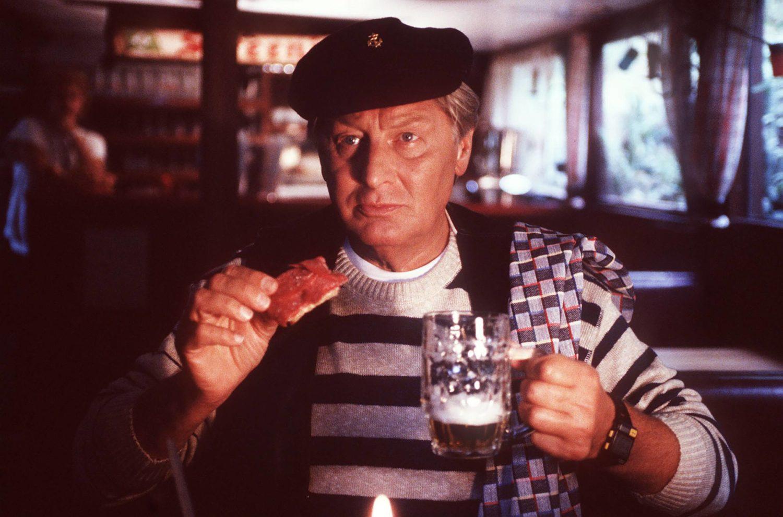 """Günter Pfitzmann, Kabarett-Star in Berlin, in der Serie """"Berliner Weiße mit Schuss"""". Hier trinkt er allerdings ein ganz normales Pils. Foto: Imago Images/United Archives"""