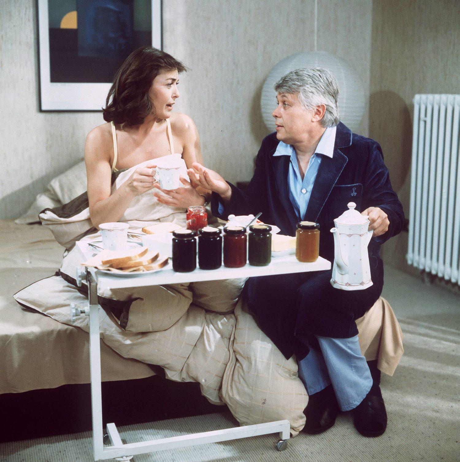 """Frühstück am Bett für Peter Weck und Thekla Carola Wied in """"Ich heirate eine Familie"""". Foto: Imago Images/United Archives"""