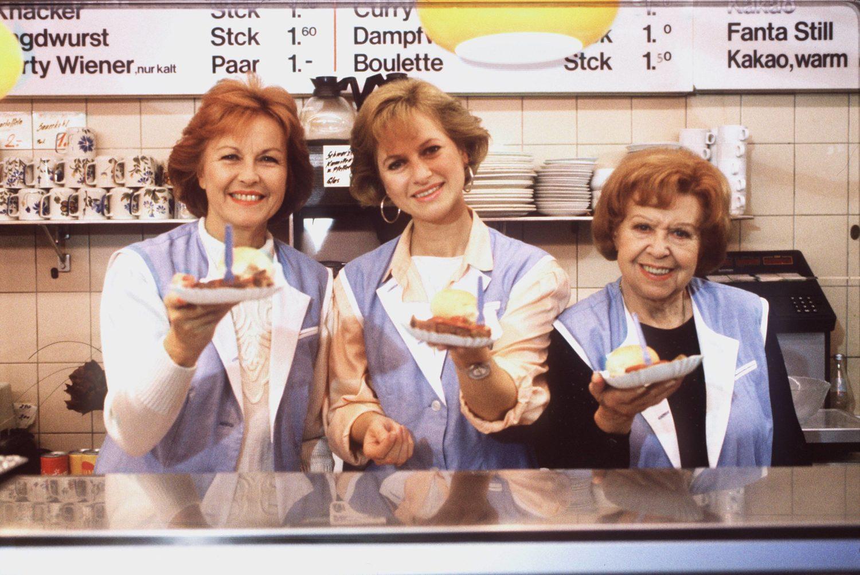 """Diese Berlin-Serie ist ein Klassiker: Brigitte Grothum, Gabriele Schramm und Brigitte Mira, die """"Drei Damen vom Grill"""", servieren drei Portionen Wurst. Foto: Imago Images/United Archives"""