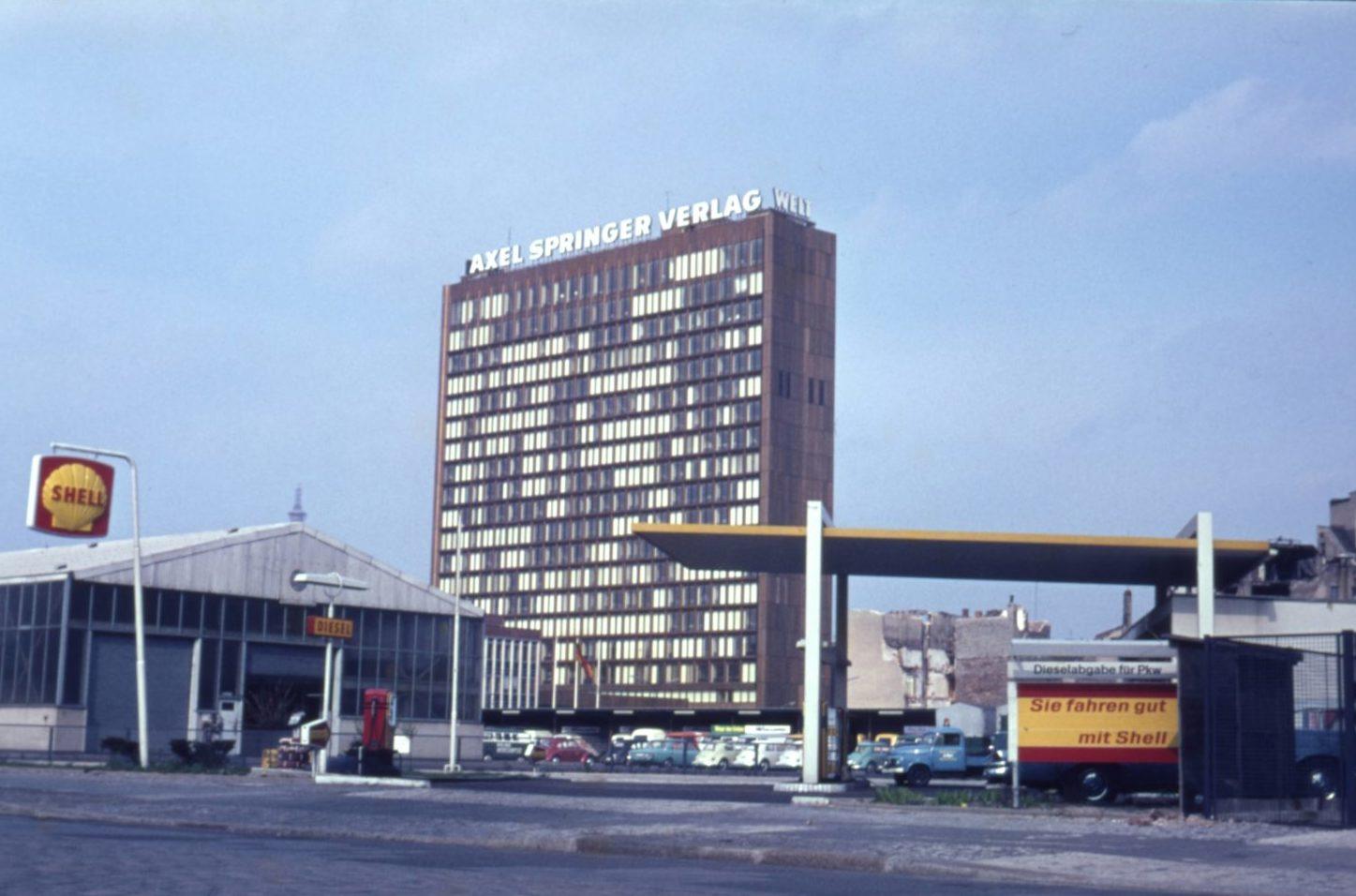 Axel-Springer-Hochhaus und Shell-Tanke, um 1966. Foto: Imago/Serienlicht