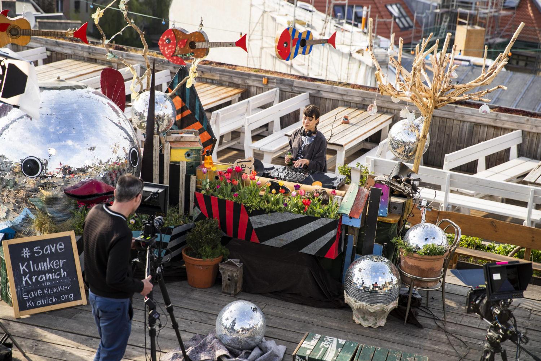 DJ-Set auf dem Dach des Klunkerkranichs auf den Neukölln Arcaden im Lockdown: Für trendbewusste Neuköllner*innen ist die Rooftop-Bar eigentlich schon viel zu Mainstream. Foto: Imago Images/Contini