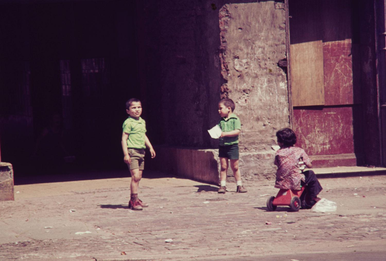 Spielende Kinder auf einem Hinterhof, 1969. Foto: Imago/Serienlicht