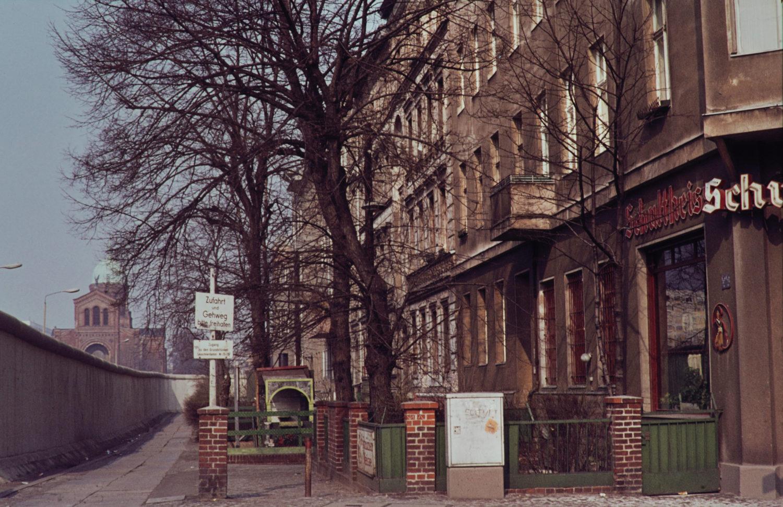 Kreuzberg 1960er: Mauer an Wohnhäusern, 1965. Foto: Imago/Serienlicht