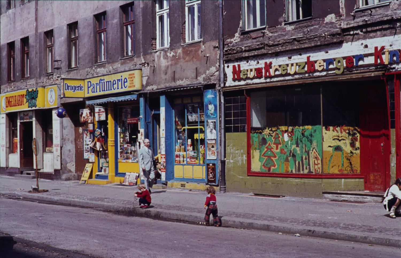 Parfümerie und Kinderladen in der Admiralstraße, 1969. Foto: Imago/Serienlicht