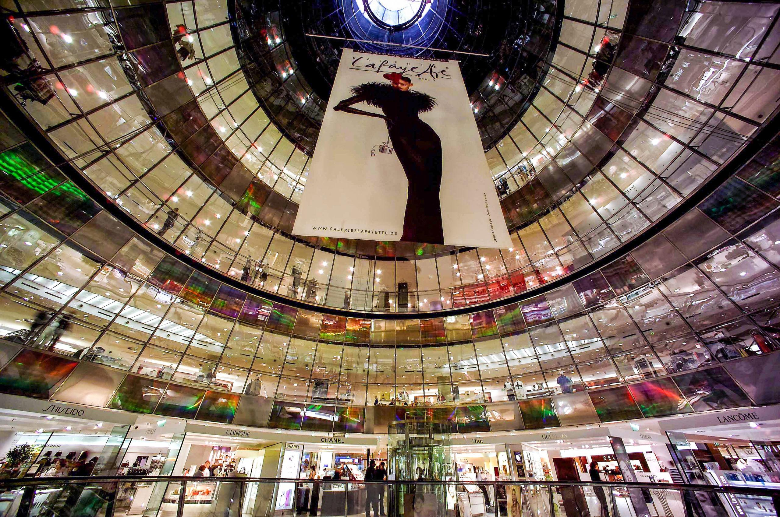 Einzigartiger Glasbau: In den Galeries Lafayette kann man französisches Savoir-Vivre auf fünf Etagen shoppen.