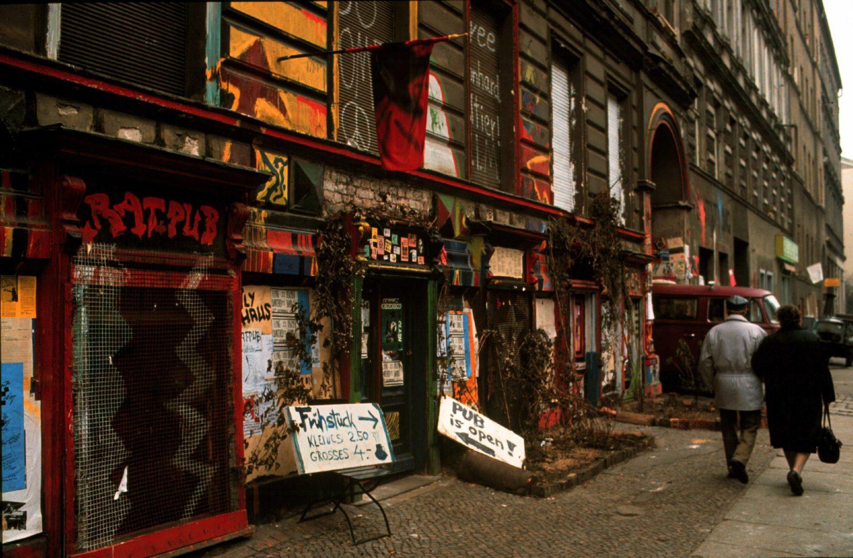 Kastanienallee in den frühen 1990er-Jahren. Foto: Imago/Rolf Zöllner