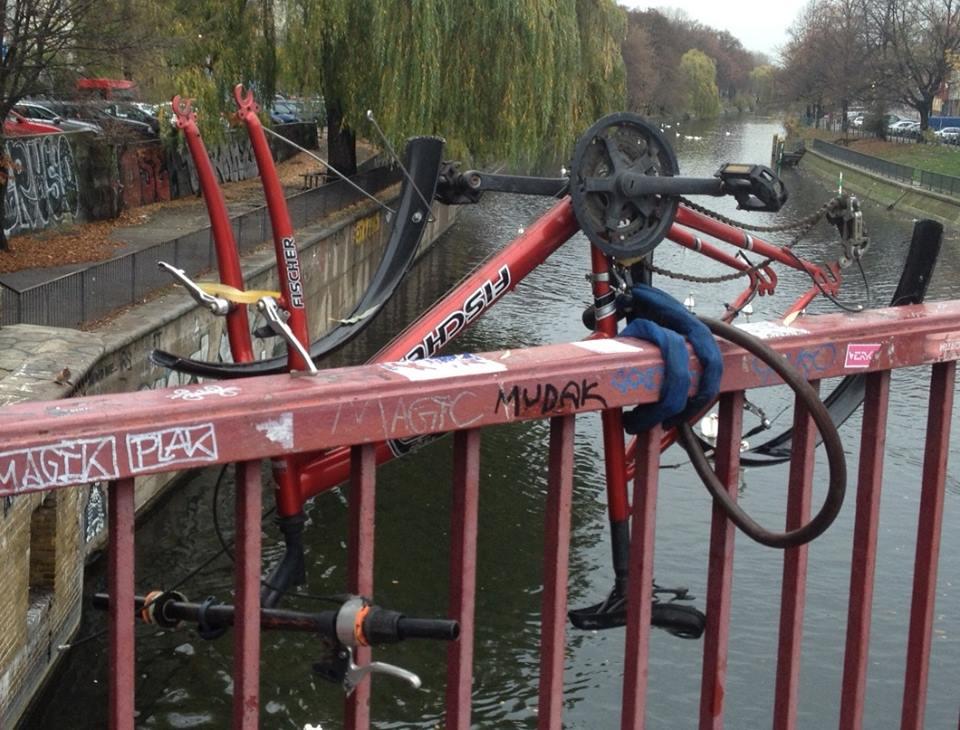 Sicher ist sicher, hauptsache das Fahrrad ist fest angeschlossen! Foto: tipBerlin