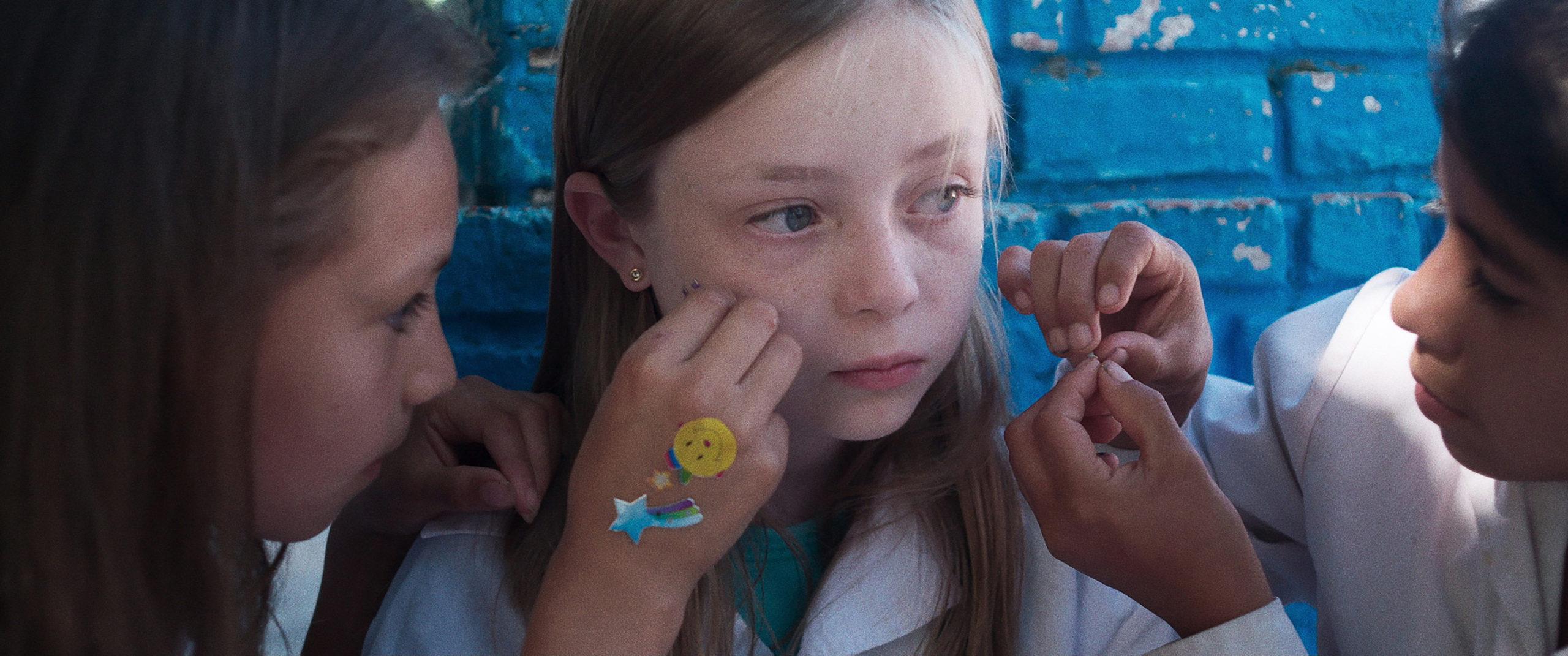 """""""Una escuela en Cerro Hueso"""": Die sechsjährige Ema ist eine aufmerksame Beobachterin der Welt. Foto: Betania Cappato & Iván Fund"""