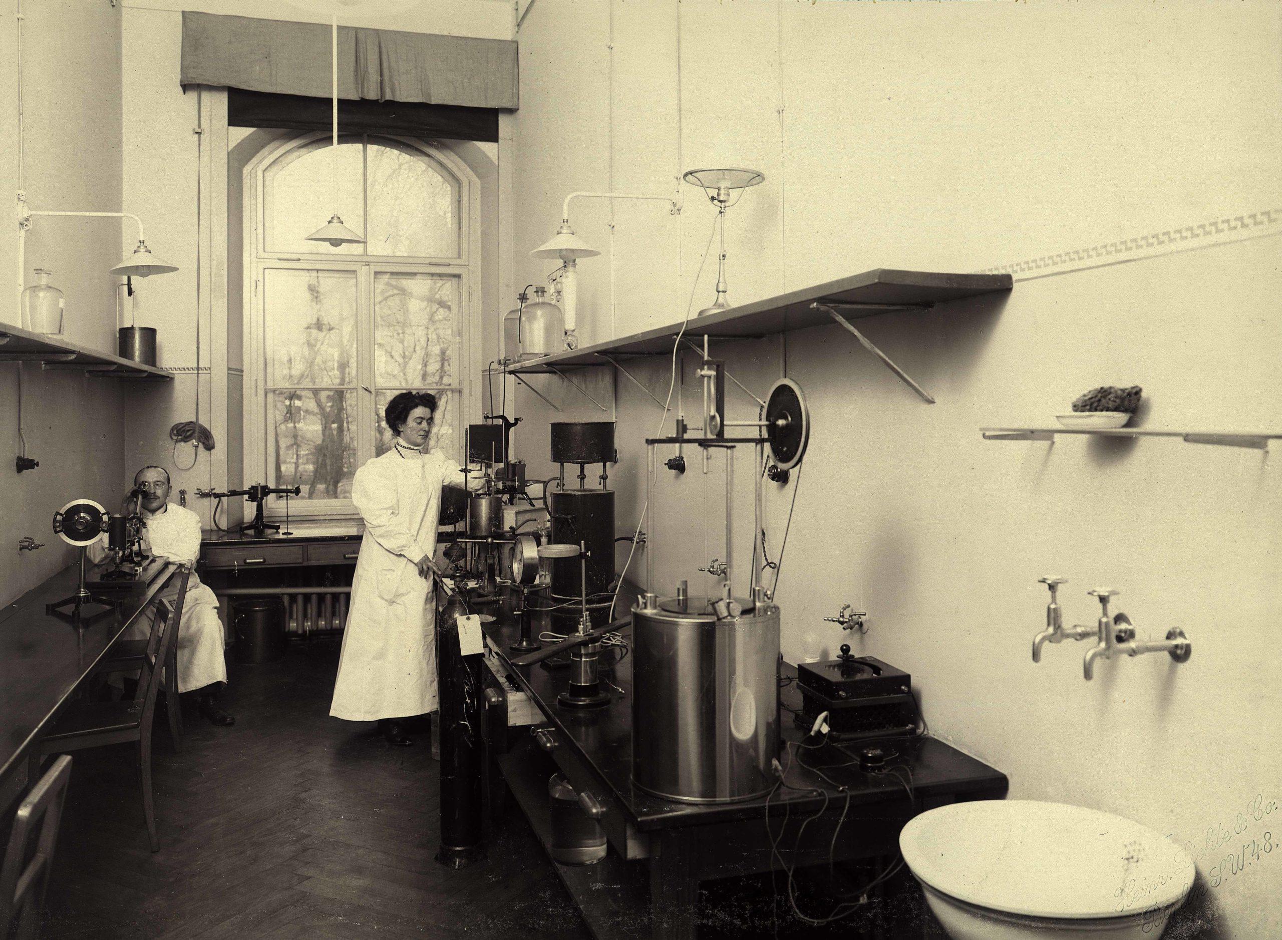 """Rahel Hirsch um 1910 im """"Physikalischen Zimmer"""" der II. Medizinischen Klinik der Charité. Foto: Charité-Album, Institut für Geschichte der Medizin und Ethik in der Medizin"""