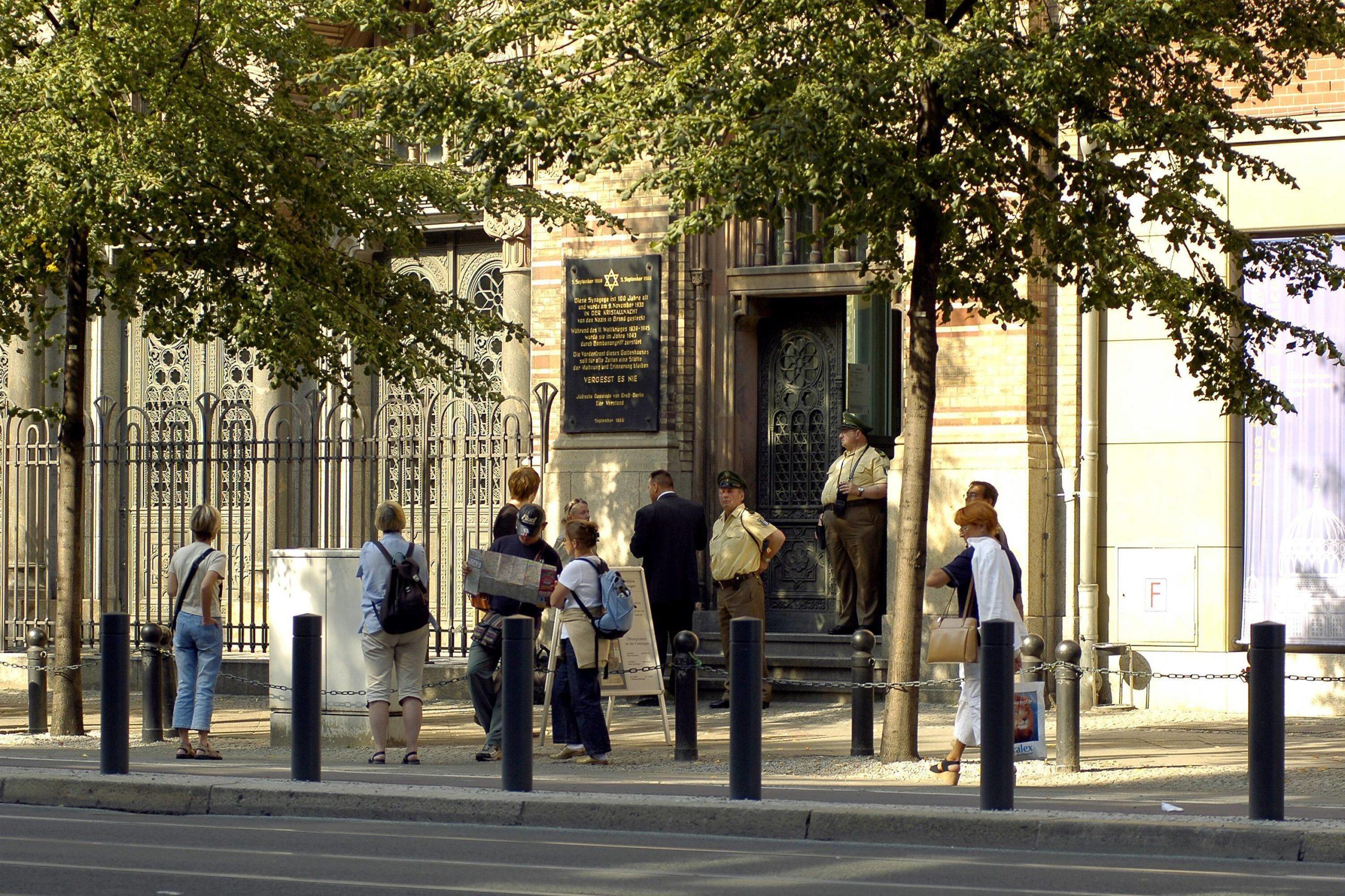Eine Gedenktafel ziert den Eingang der Neuen Synagoge Berlin an der Oranienburger Straße.    Foto: Imago/Schöning