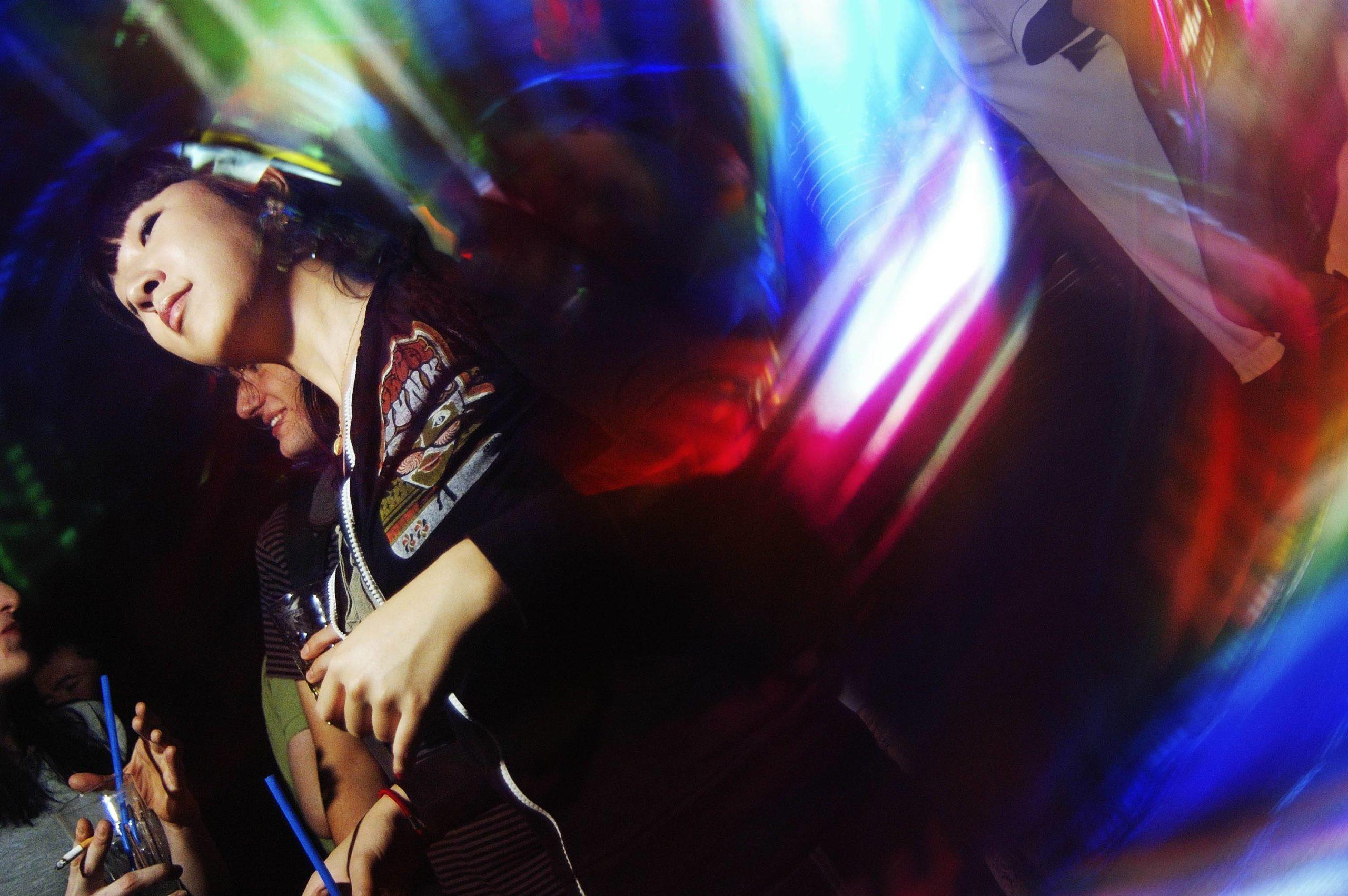 Bei Streams fehlt der Bass, das Licht, die Menschen. Raverinnen und Raver in Berlin leiden unter geschlossenen Clubs. Foto: Imago Images/David Heerde