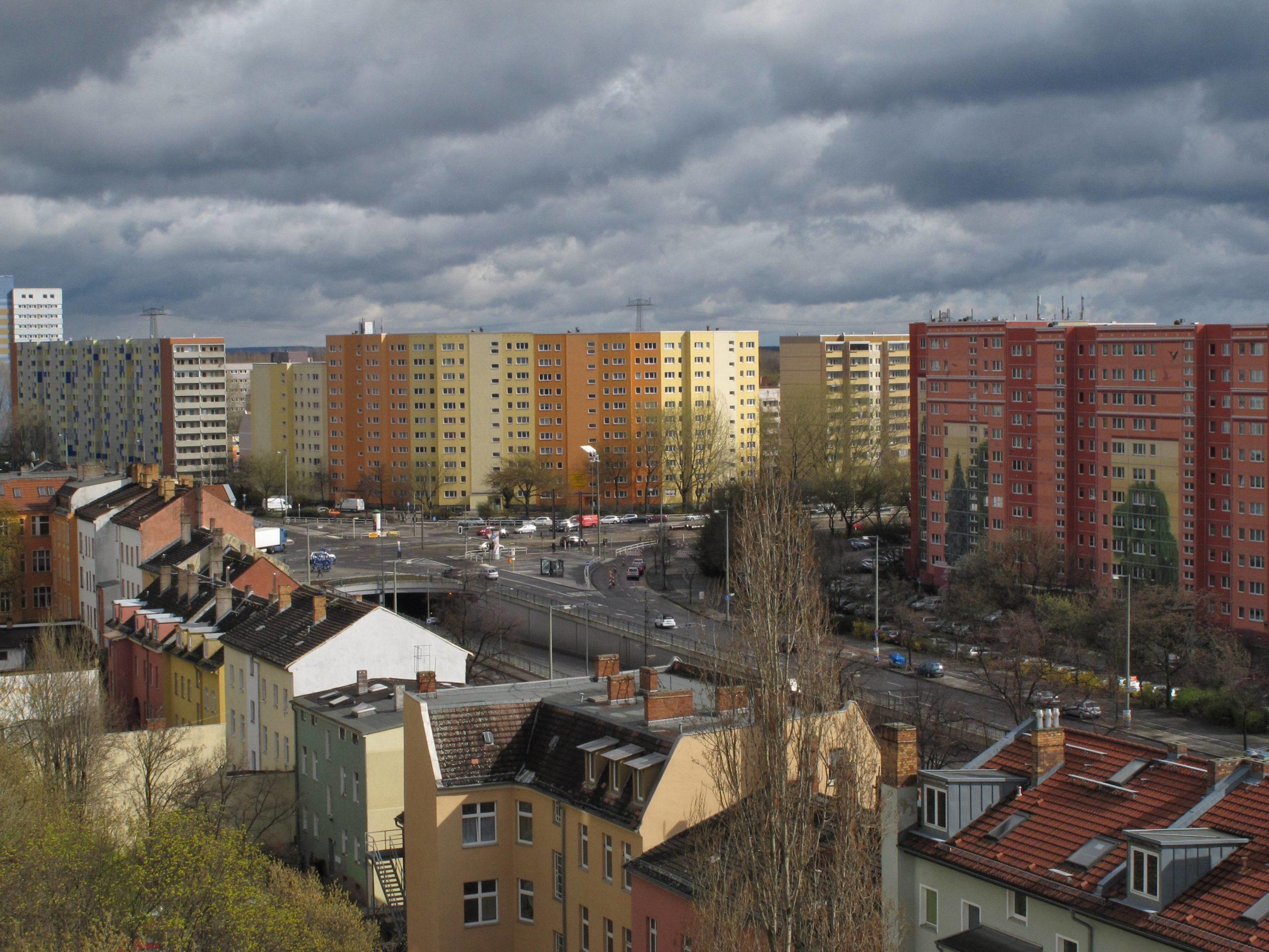 Plattenbauten am Friedrichsfelder Tor mit Berlins größten Wandgemälde (im Foto rechts). Nördlich davon sind die Mieten in Berlin noch günstig. Foto: Imago/Hohlfeld