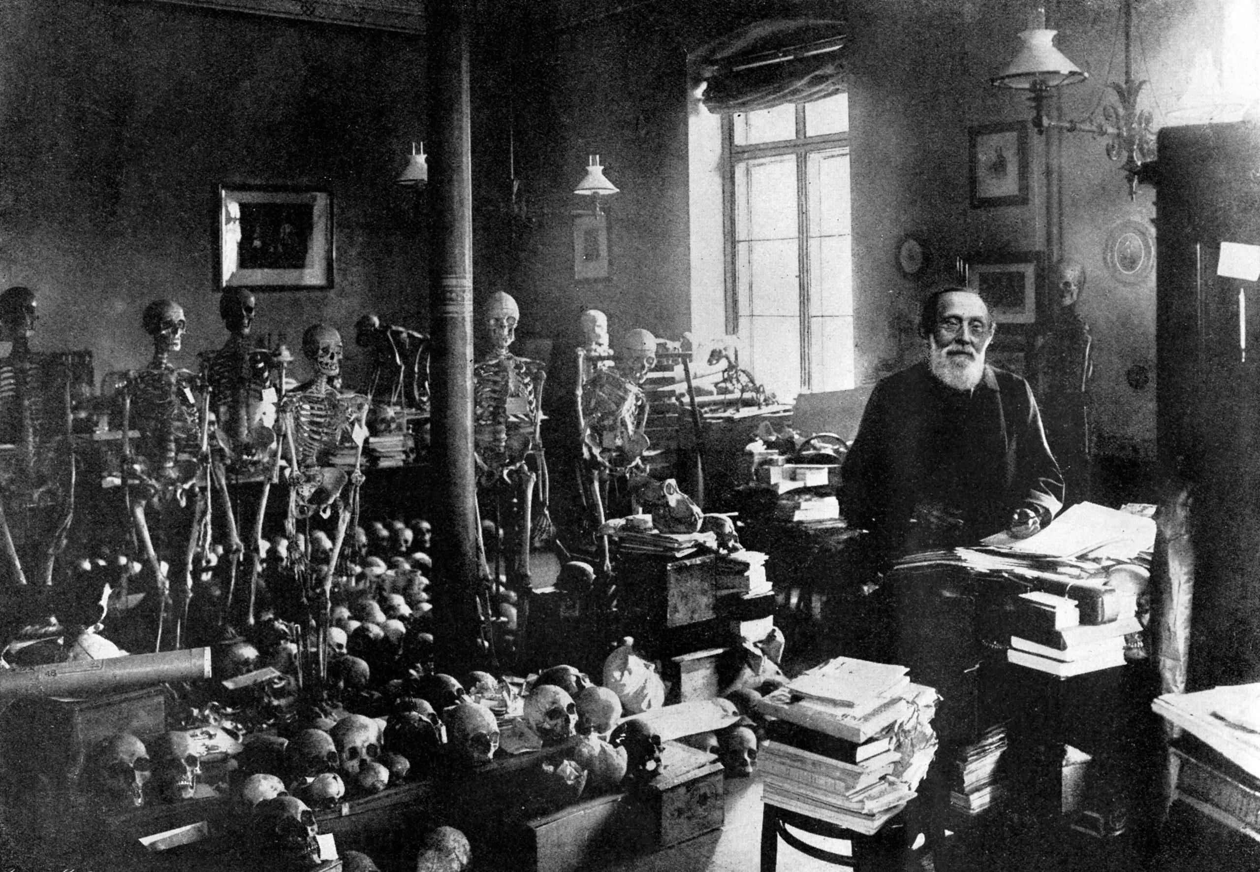 Virchow erlangte auch als Anthropologe und Ethnologe internationale Anerkennung. Hier in seinem Büro mit einem Teil seiner großen Sammlung an Skeletten und Schädeln. Foto: Imago/United Archives International