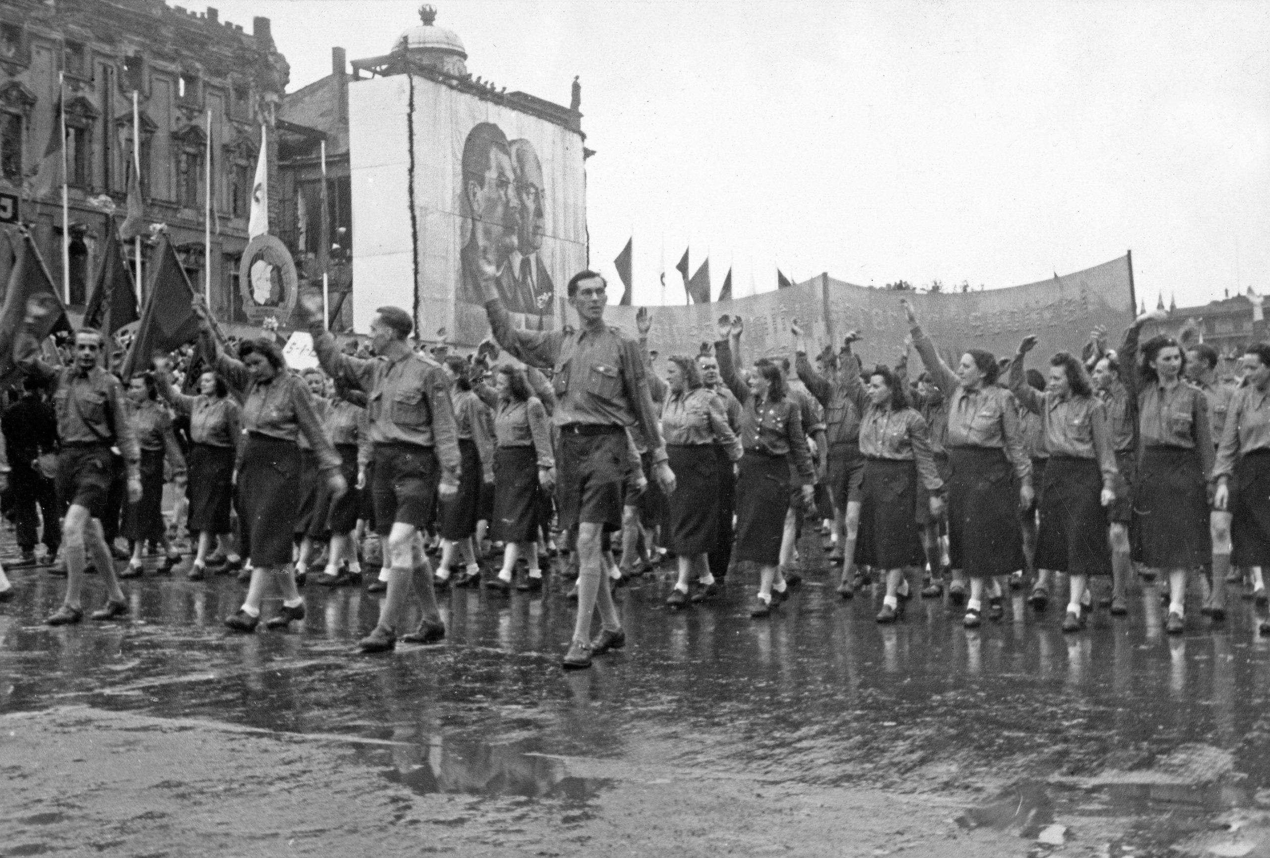 Maikundgebung mit Parade vor den Abbildungen von Josef Stalin und Wilhelm Pieck in Ost-Berlin, 1950er Jahre. Foto: Imago/United Archives/Roba/Siegfried Pilz