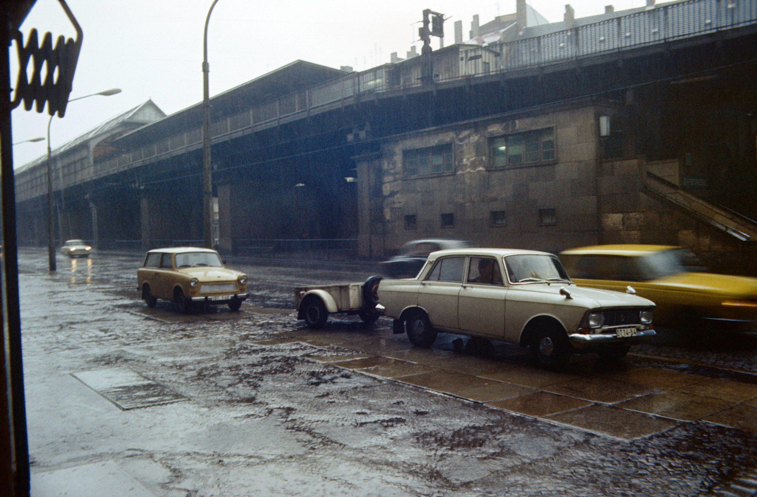 Schönhauser Allee bei Regen, 1985. Foto: Imago/Frank Sorge