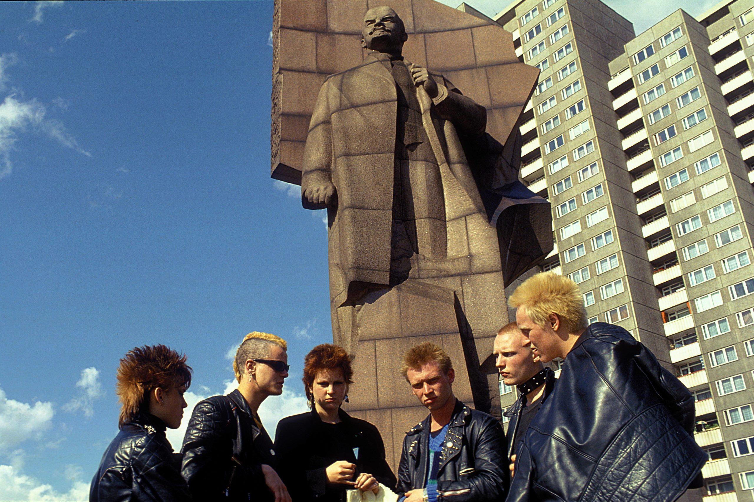 """1982 fuhr Ilse Ruppert im Auftrag der Zeitschrift """"Konkret"""" nach Ost-Berlin, um die Jugend in der Hauptstadt der DDR zu porträtieren. Zufällig begegnete sie auch einigen Punks, die sie vor dem Lenin-Denkmal fotografierte. Foto: Imago/Ilse Ruppert/Photo 12"""
