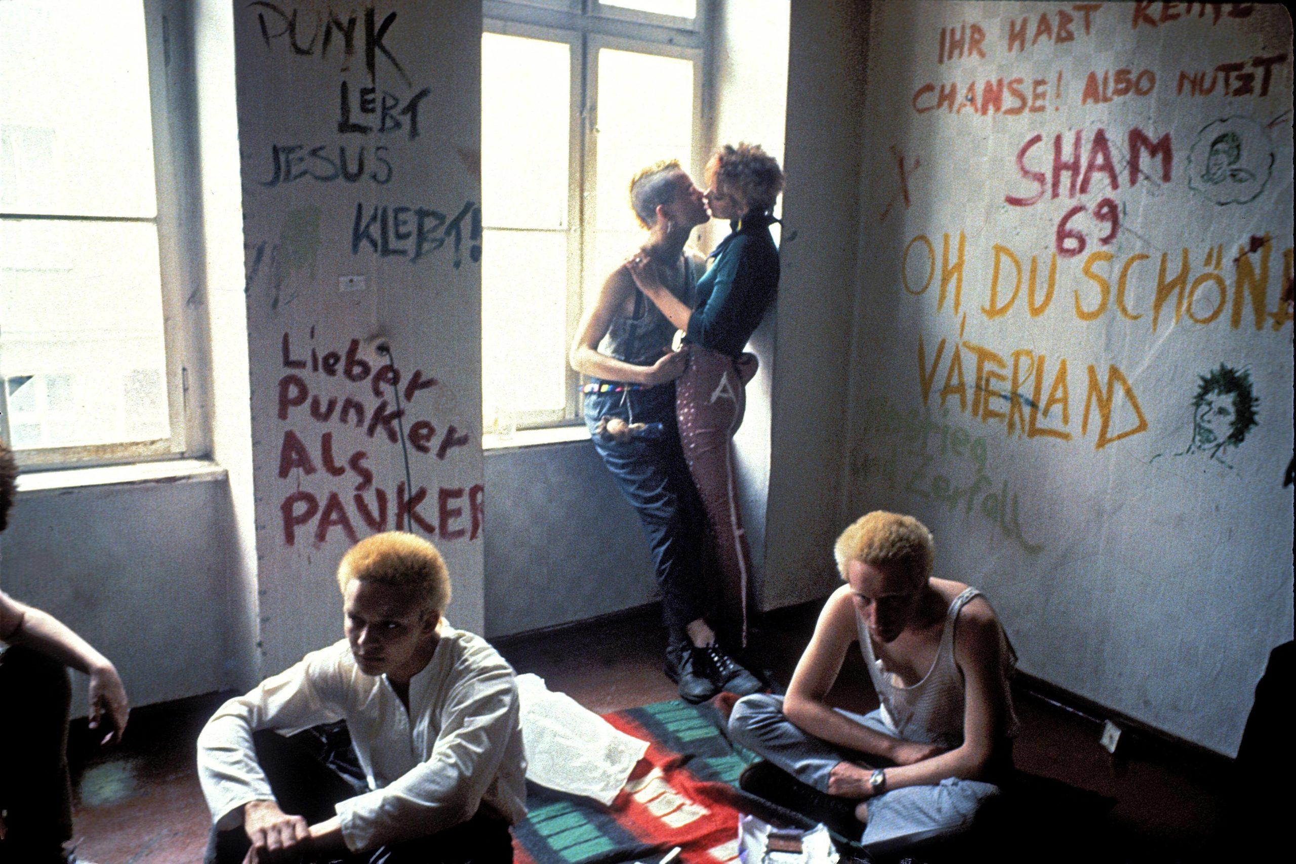 """""""Lieber Punker als Pauker"""" – Punks in Ost-Berlin, 1982."""