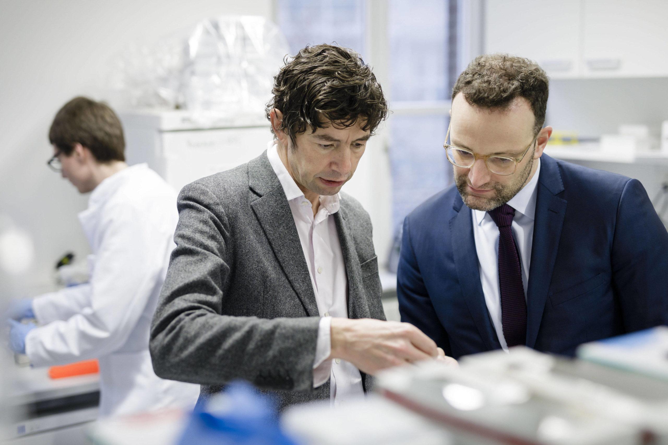 Bundesgesundheitsminister Jens Spahn CDU besucht gemeinsam mit dem Virologen Christian Drosten  Labore des Instituts für Virologie der Charite. Foto: Imago/photothek