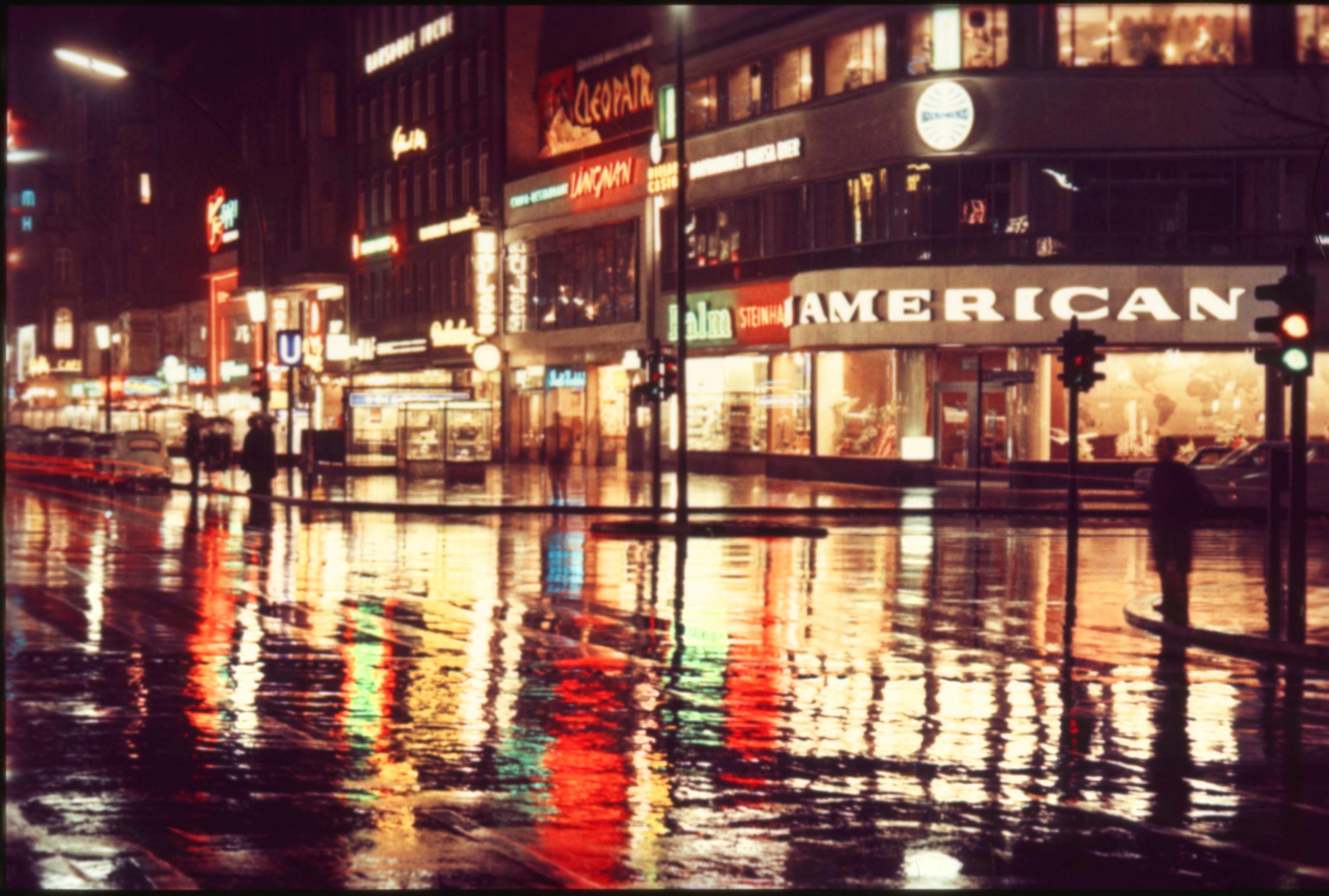 Regen in Berlin: Der Kurfürstendamm bei Nacht und Regen, 1966. Foto: Imago/Serienlicht