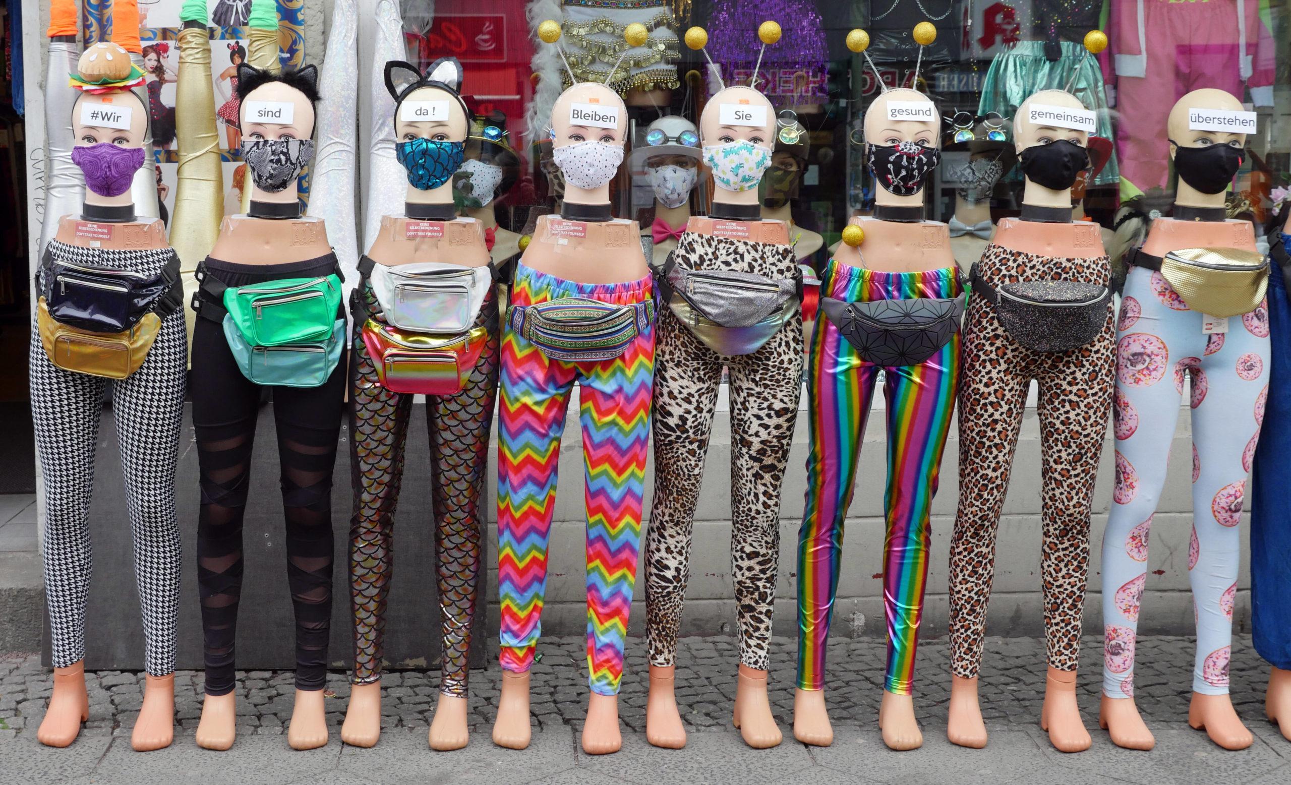 Kuriose Fotos aus Berlin: Schräge Models präsentieren die neuste Maskenmode in einem Neuköllner Geschäft. Foto: Imago/Sabine Gudath