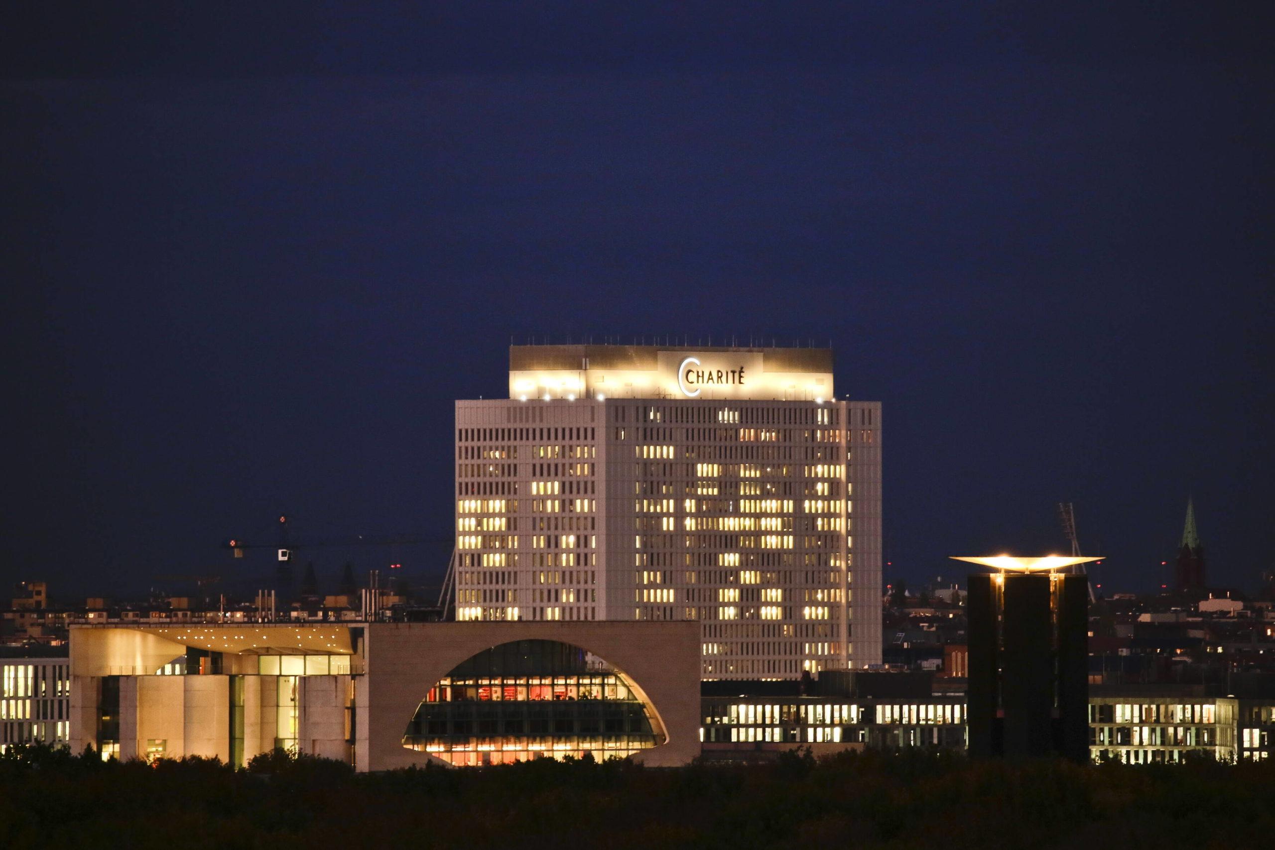 Bei Nacht ist das 82m hohe Bettenhaus der Charité ein Highlight der Berliner Skyline. Foto: Imago/Reiner Zensen