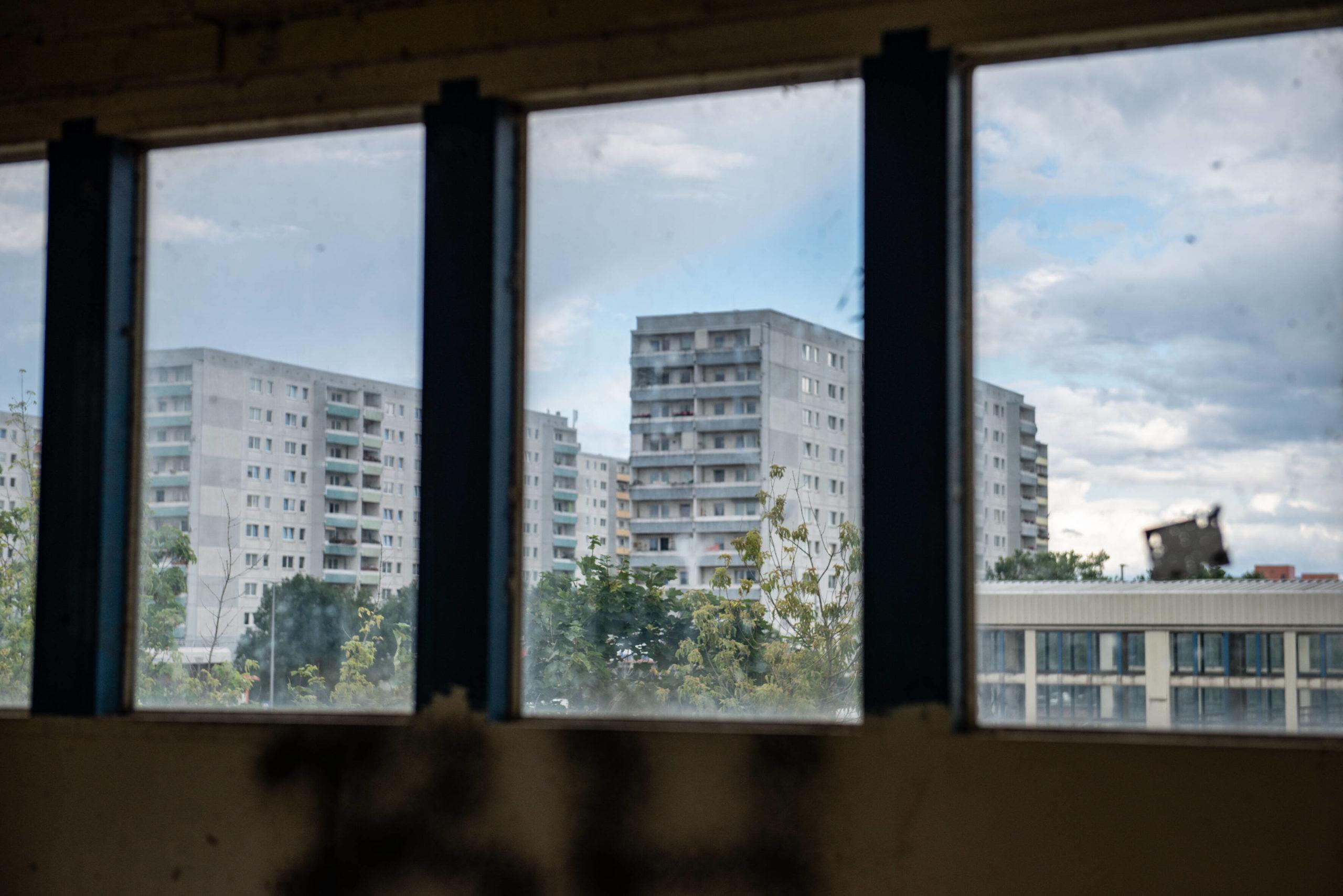 Blick vom S-Bahnhof Ahrensfelde auf Plattenbauten in Marzahn, wo manche Wohnungen noch nicht so teuer sind. Foto: Imago/F. Anthea Schaap