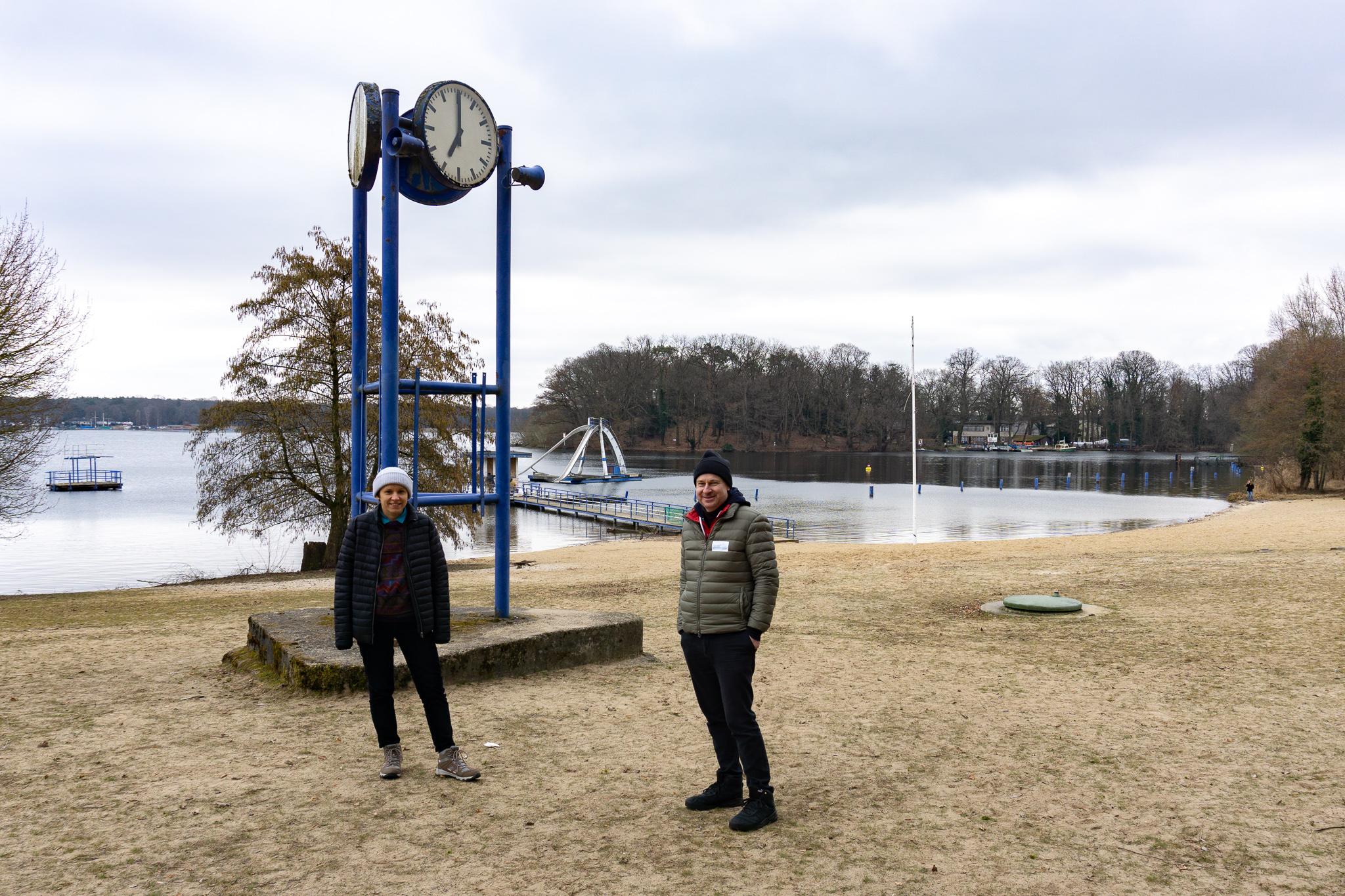 Marina Naprushkina und Udo Bockemühl vom Verein Neue Nachbarschaft Moabit koordinieren die Sanierung im Strandbad Tegel. Foto: Max Müller