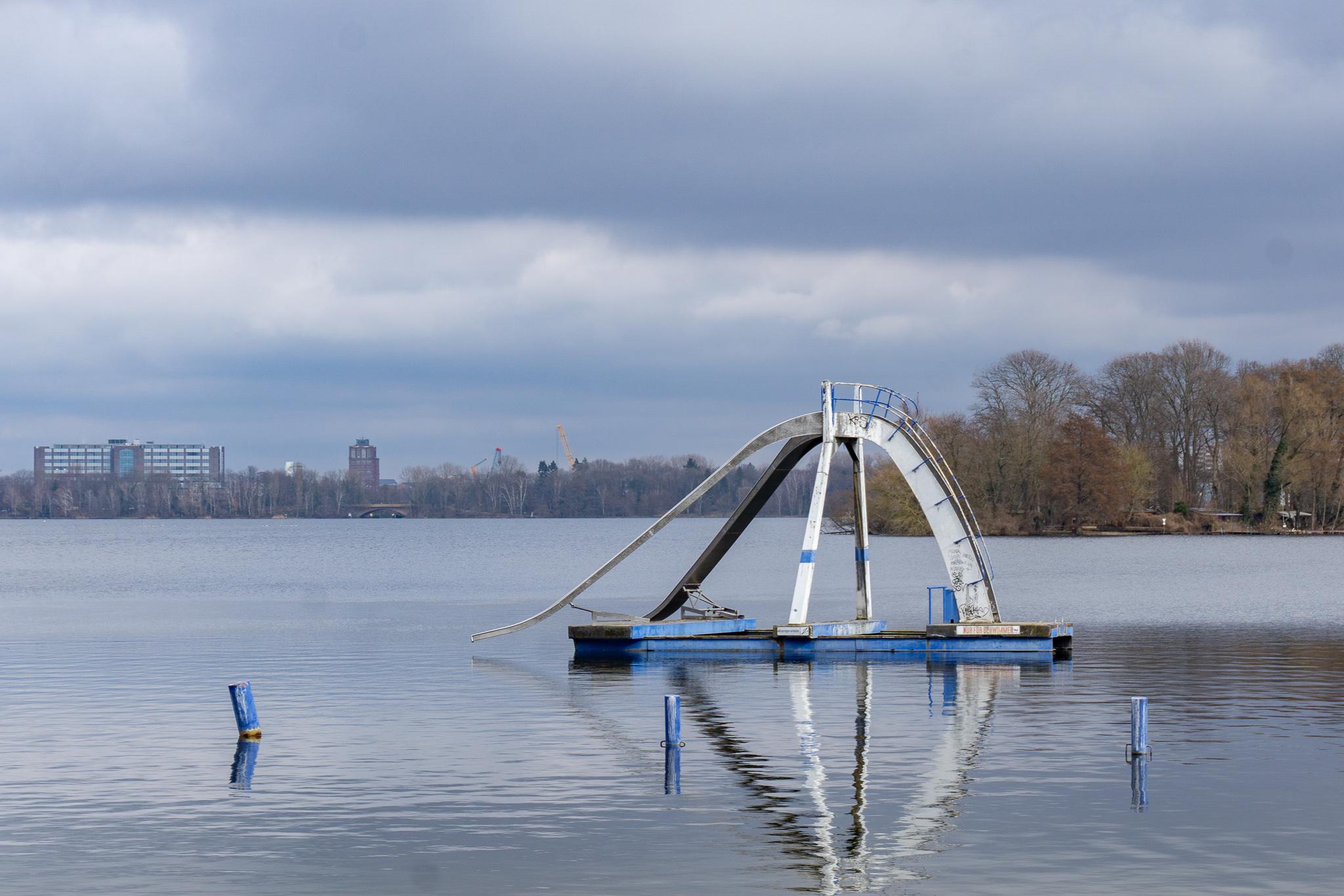 Auch die Rutsche und der Sprungturm des Strandbads Tegel sollen instandgesetzt werden. Foto: Max Müller