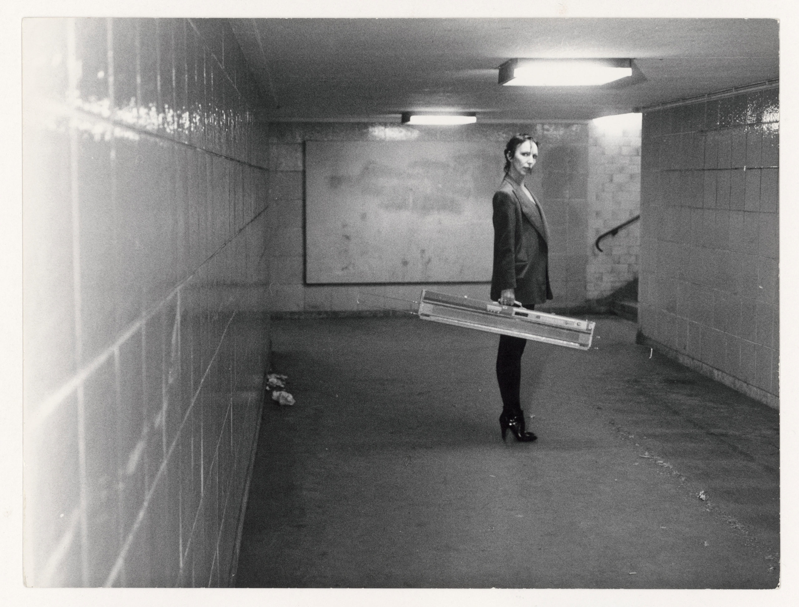 Martin Kippenberger, Ohne Titel (Claudia Skoda mit ihrer Strickmaschine im U-Bahnhof Kottbusser Tor, Berlin), ca. 1976-77. Foto: Estate of Martin Kippenberger/Galerie Gisela Capitain, Köln/SMB/Kunstbibliothek/Dietmar Katz