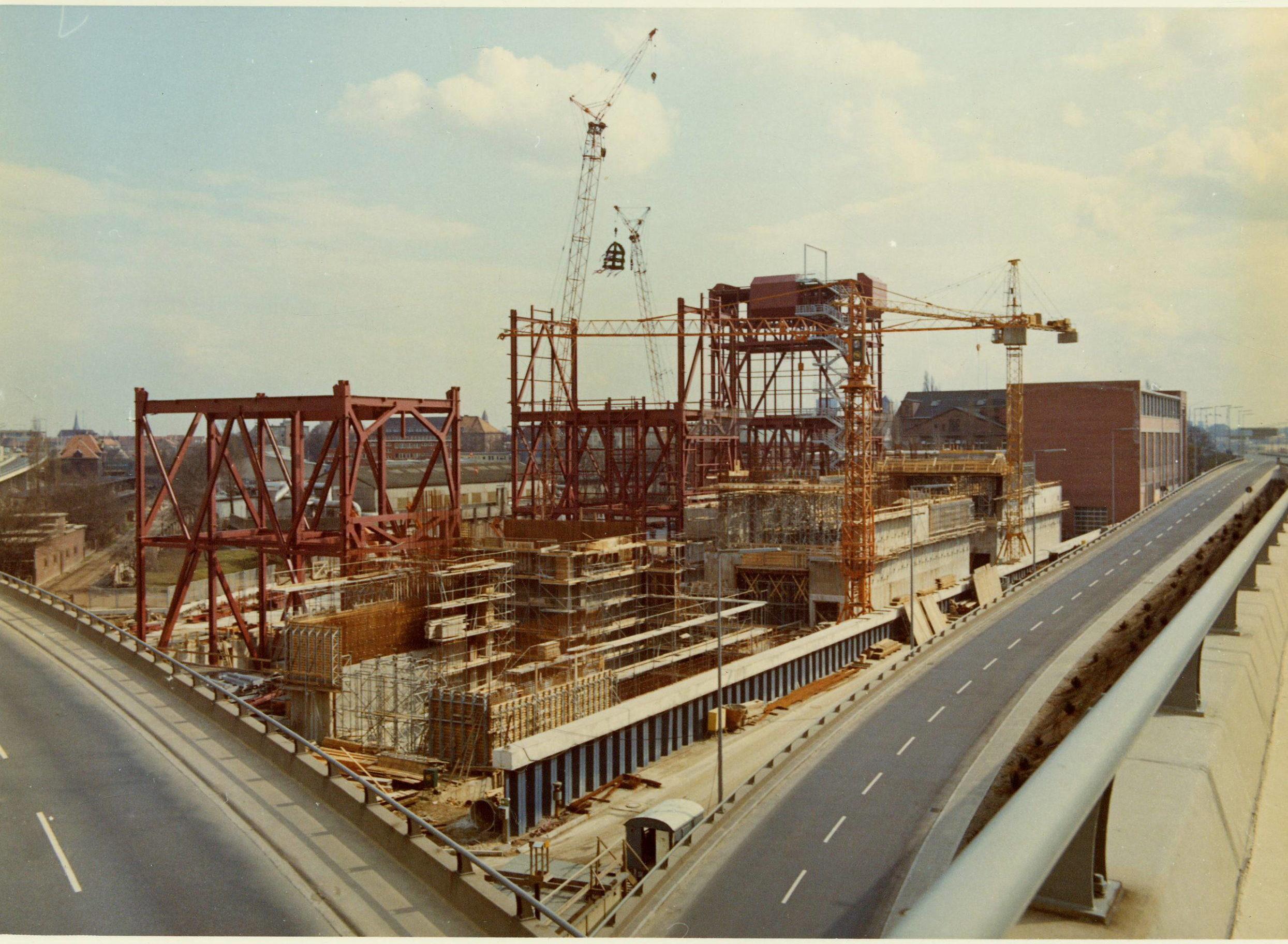 Aufziehen der Richtkrone, 1975. Foto: Vattenfall/Bewag Archiv