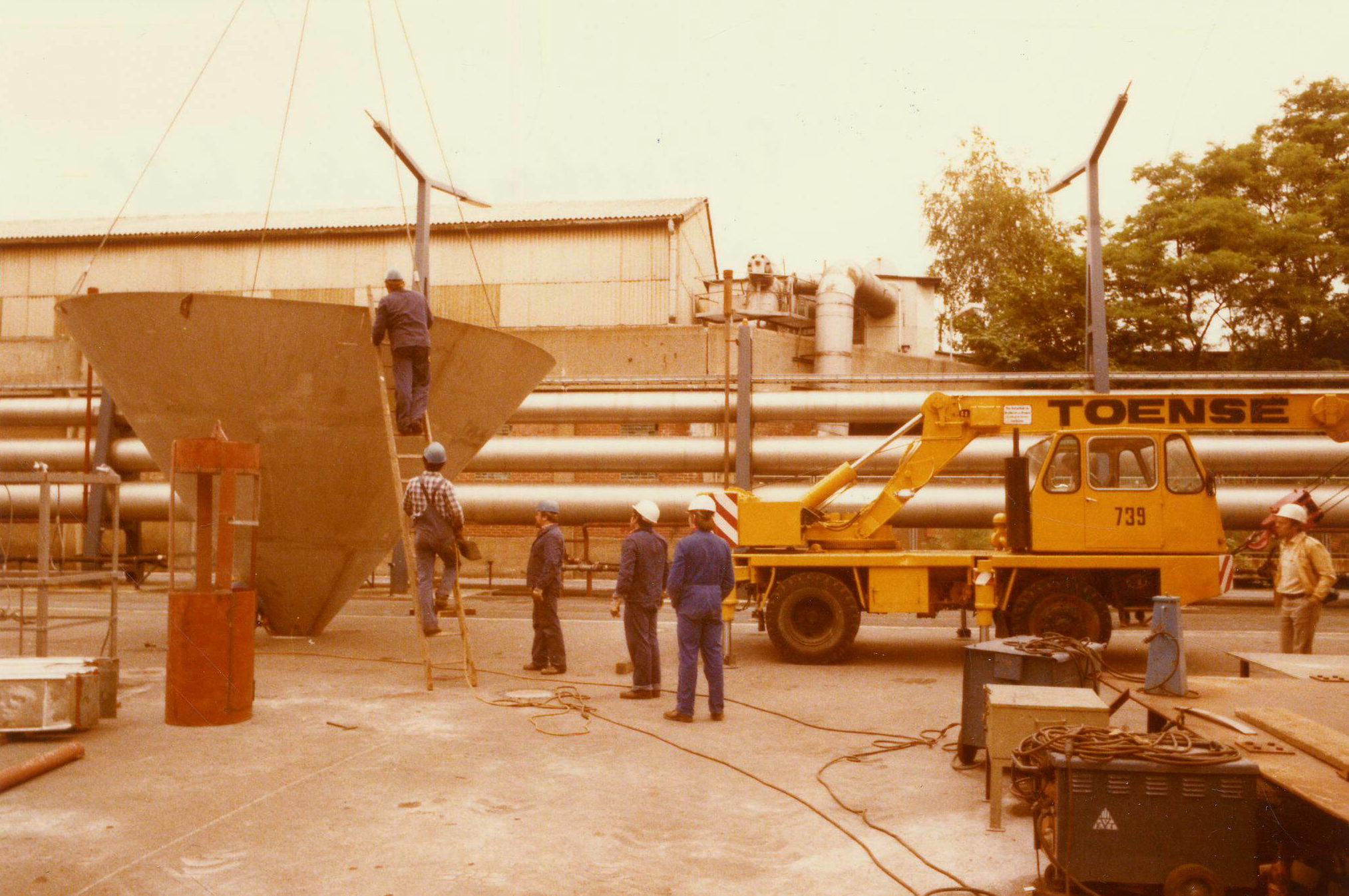 Einziehen von Edelstahlrohren in die Schornsteine. Foto: Vattenfall/Bewag Archiv