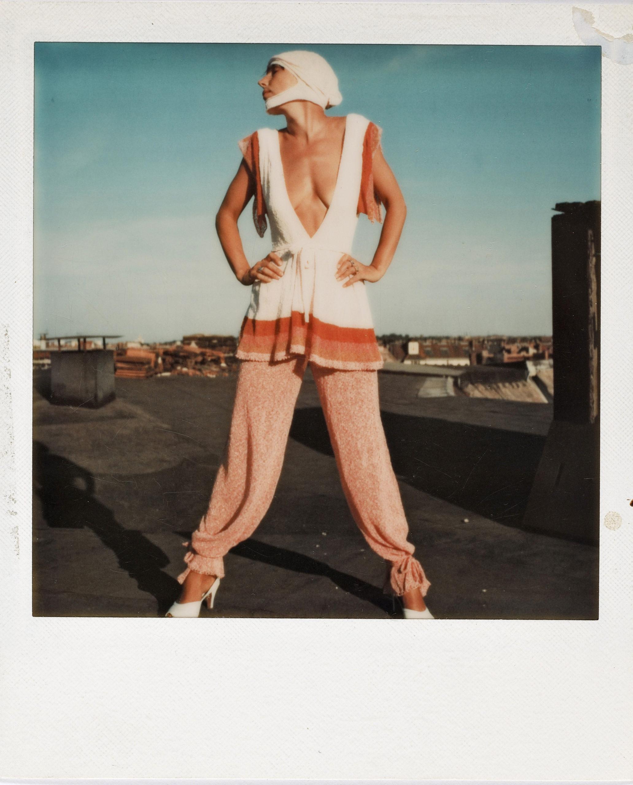 """Claudia Skoda posiert auf dem Dach der fabrikneu in ihrer Kollektion """"Shake Your Hips"""". Unbekannter Fotograf, ca. 1975. Foto: Claudia Skoda/SMB/Kunstbibliothek/Dietmar Katz"""