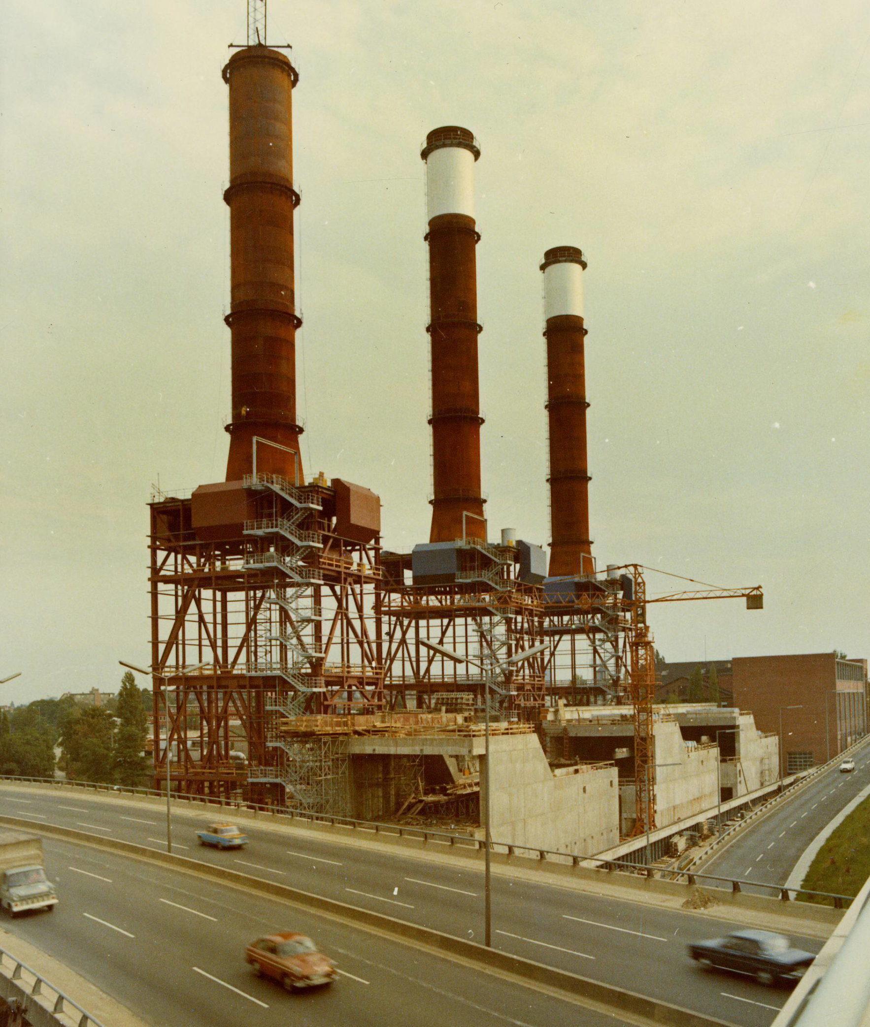 Montagearbeiten an den Schornsteinen, 1975. Foto: Vattenfall/Bewag Archiv