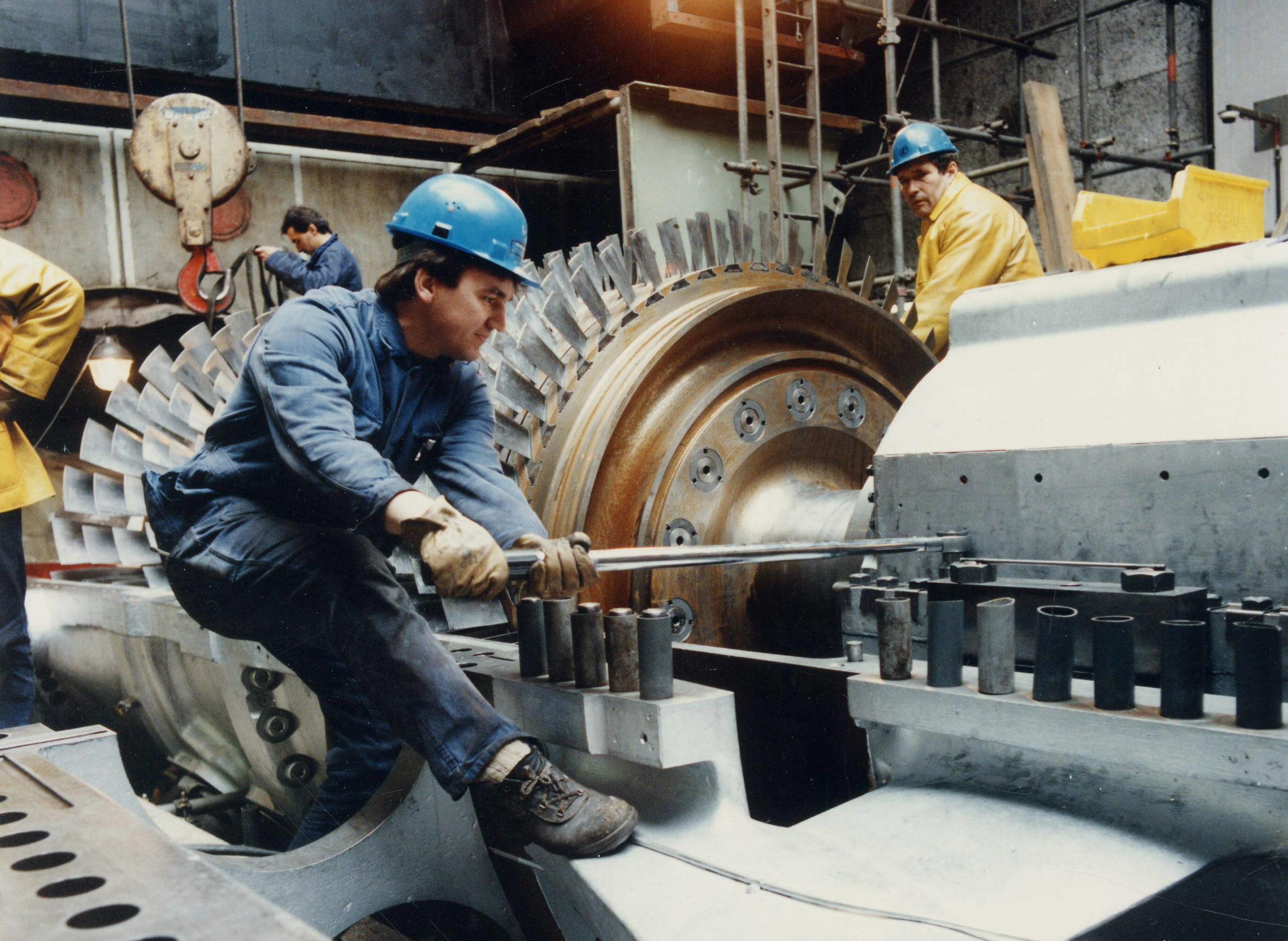 Heizkraftwerk Wilmersdorf: Reparaturarbeiten an einer Gasturbine, 1992. Foto: Vattenfall/Bewag Archiv/Ludwig Preiß
