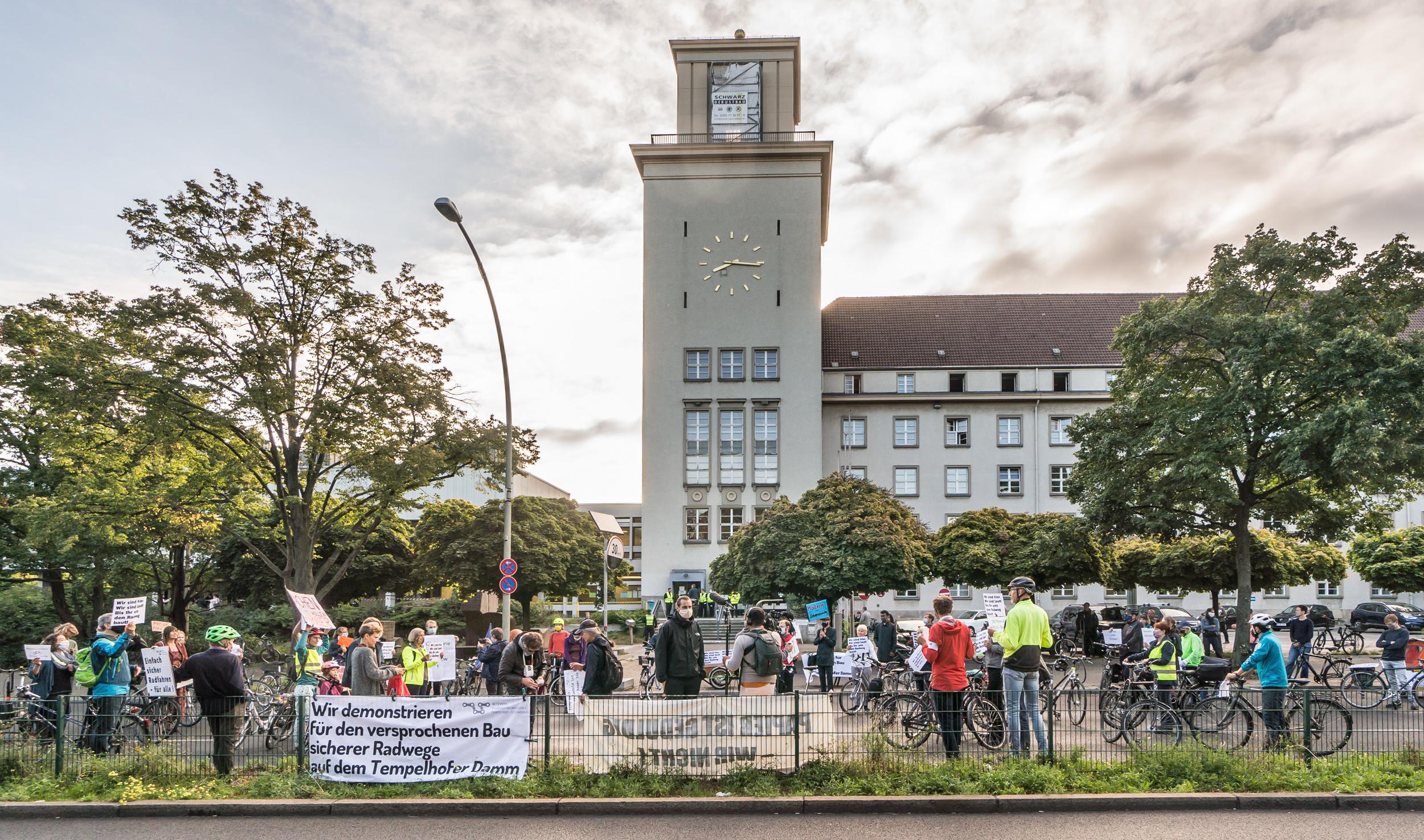 """Demonstration für sichere Fahrradwege auf dem Tempelhofer Damm: """"Die Zeit wird knapp."""" Foto: NFTS/Norbert Michalke"""