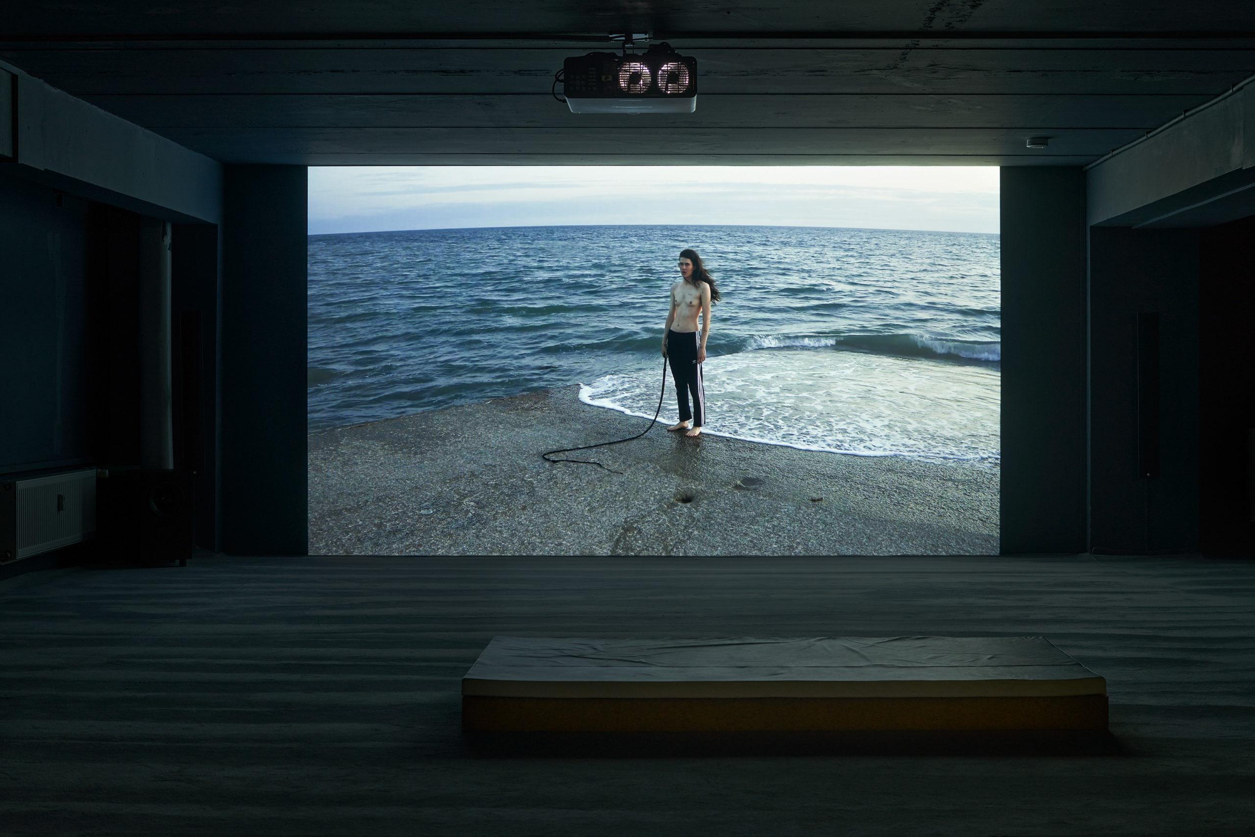 """Installationsansicht von Anne Imhof """"Untitled (Wave)"""", 2021. Foto: Foto: Alwin Lay"""