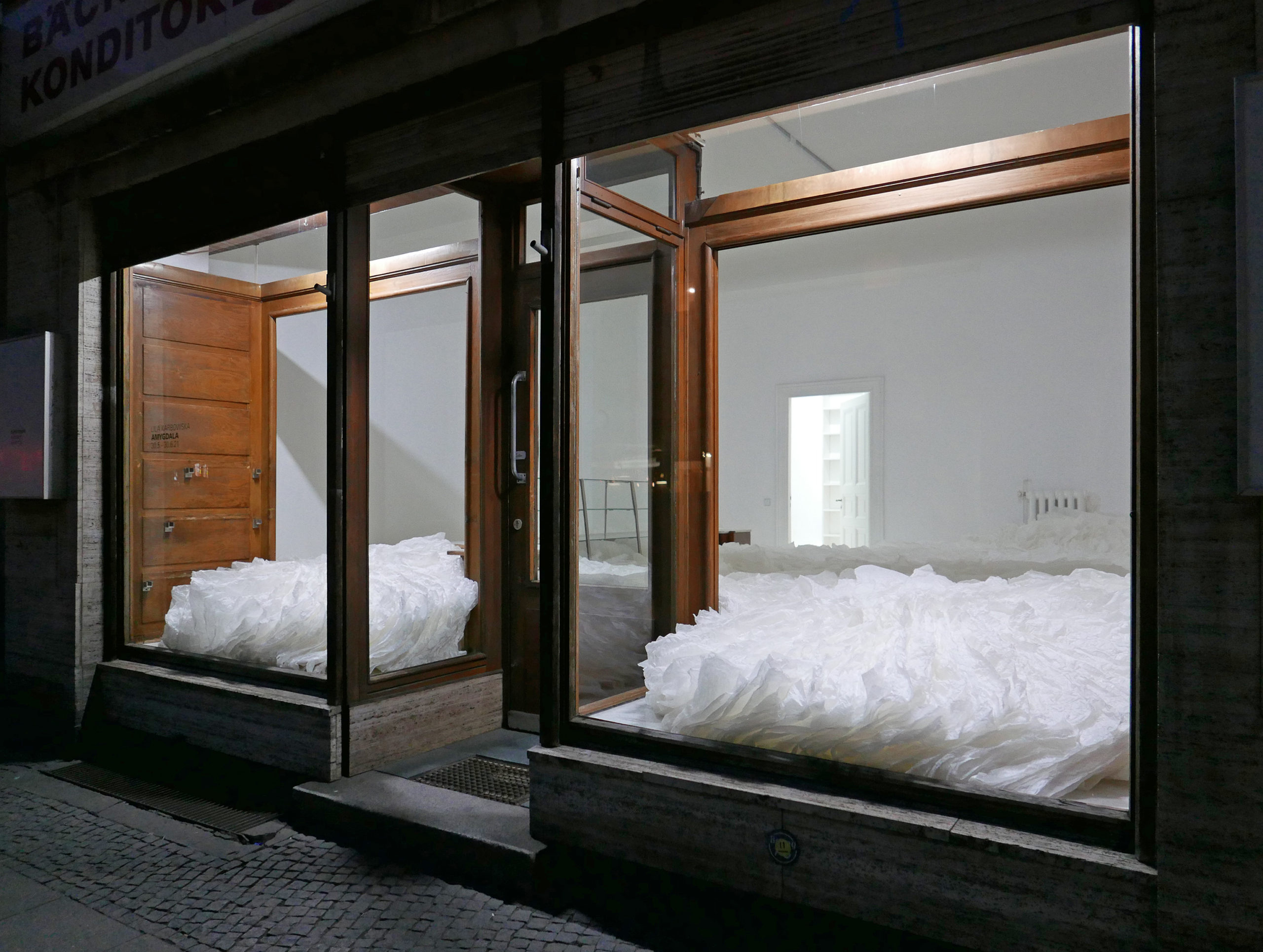 """Im Schaufenster der Bäckerei in Moabit gibt es eine kleine Ausstellung. Zu sehen ist Lila Karbowskas Installation """"Amygdala"""". Foto: © Baeckerei"""