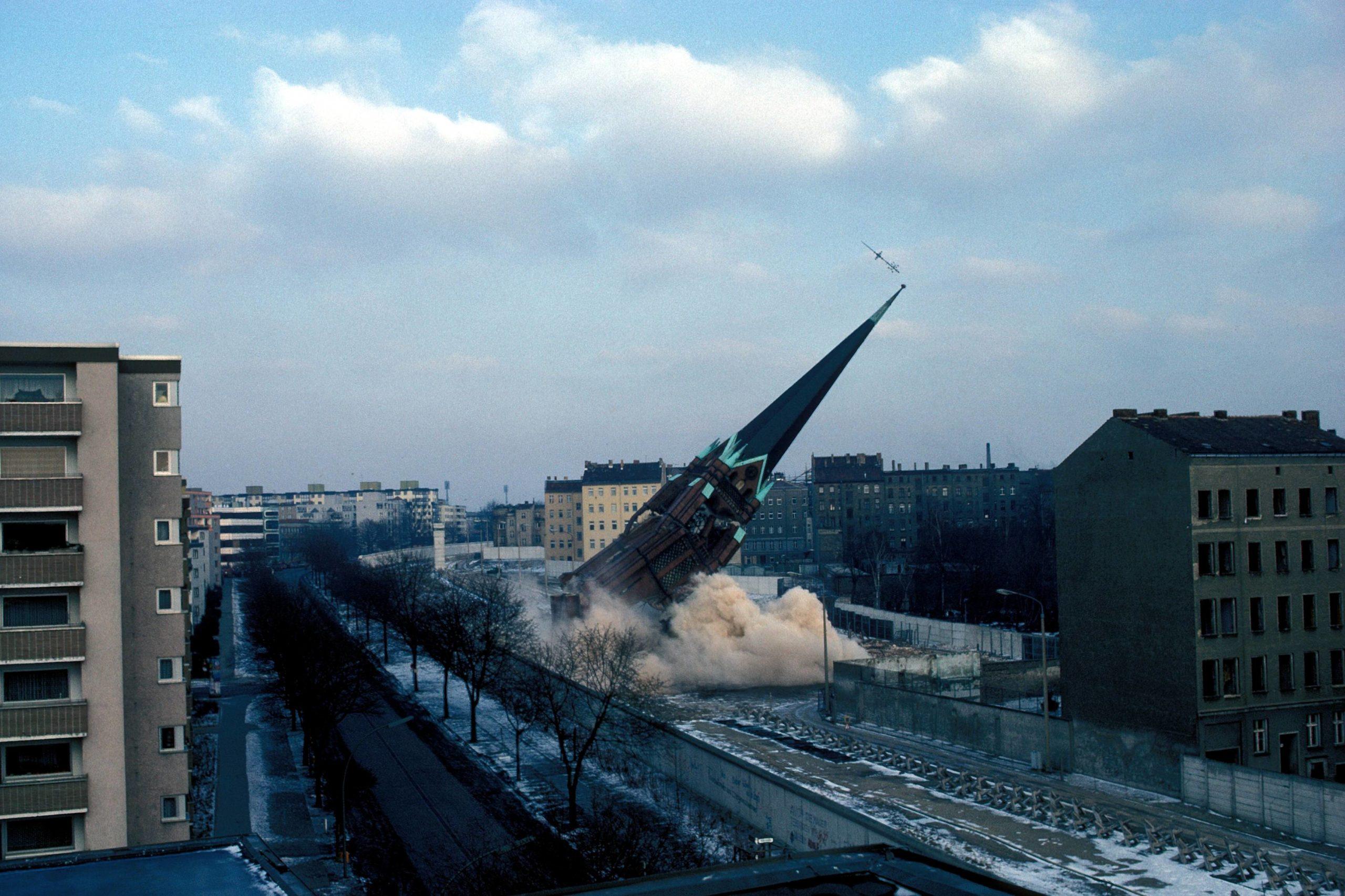 Sprengungen in Berlin: Sprengung der Versöhnungskirche in Berlin, Januar 1985. Foto: Imago/Günter Schneider