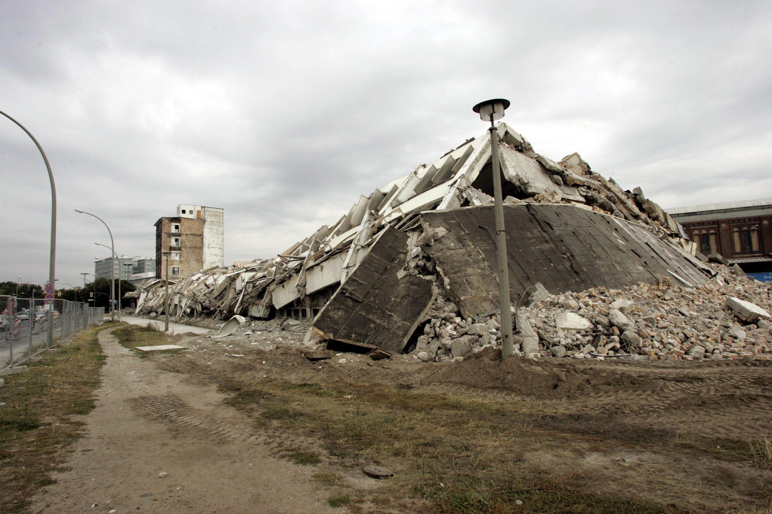 Überreste der alten Post am Berliner Ostbahnhof, 2004. Foto: Imago/Götz Schleser