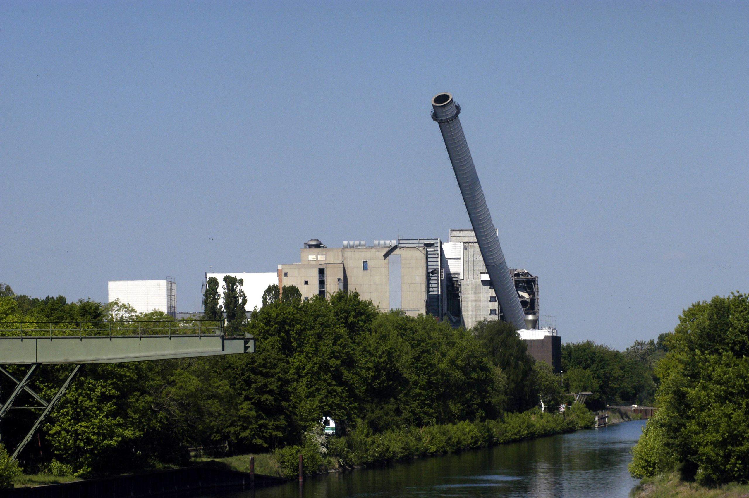 Sprengung des Heizkraftwerkes am Teltowkanal in Rudow, 2007. Foto: Imago/Bernd Friedel