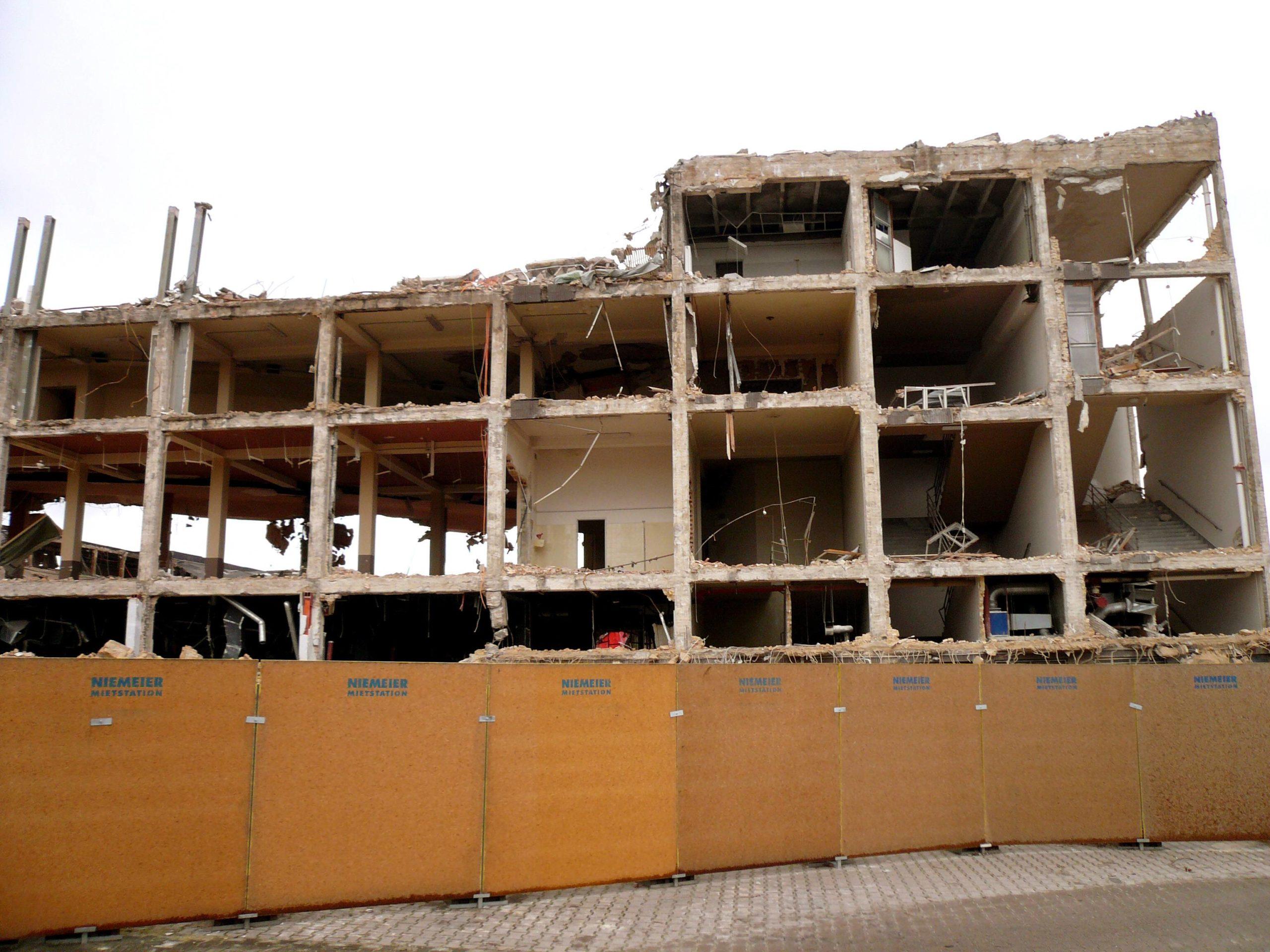 Sprengungen in Berlin: Reste der gesprengten Deutschlandhalle warten auf den Abriss und Abtransport, Januar 2012. Foto: Imago/Rech