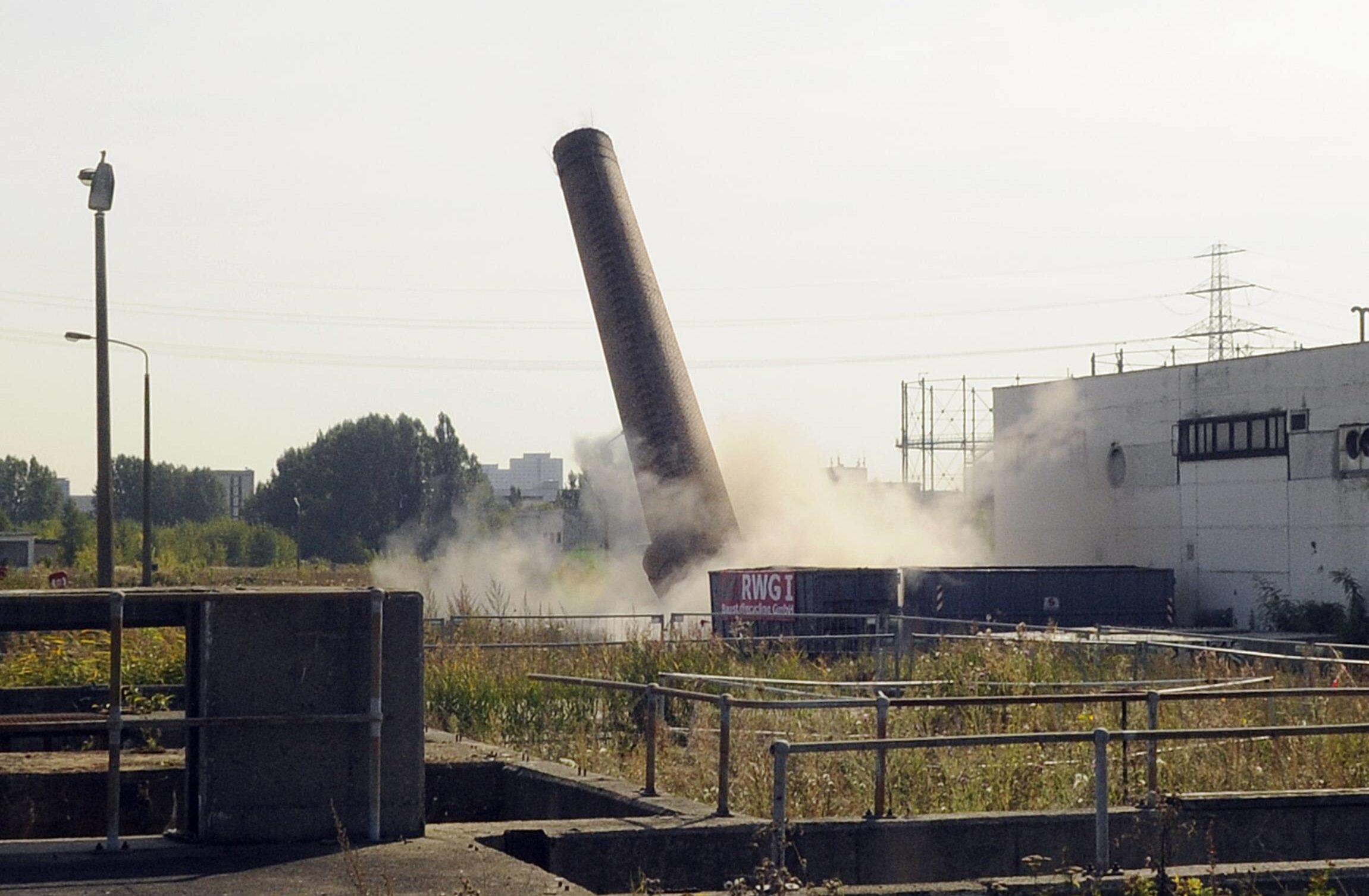 Schornsteinsprengung in Marzahn, 2012. Foto: Imago/Bernd Friedel