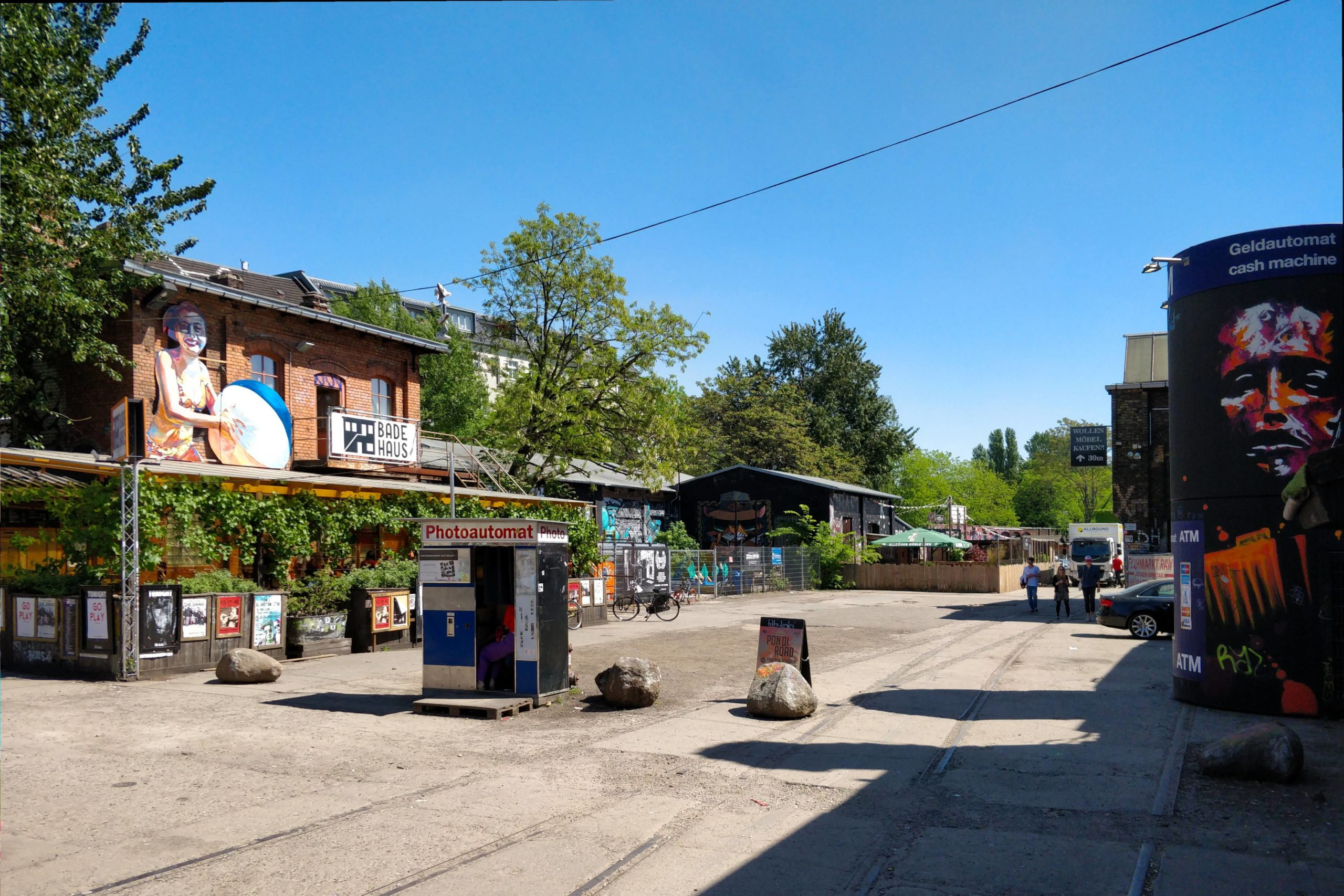 Einblick in einen Teil des RAW-Geländes mit dem Badehaus und beliebtem Fotoautomaten. Foto: Imago/Tom Maelsa