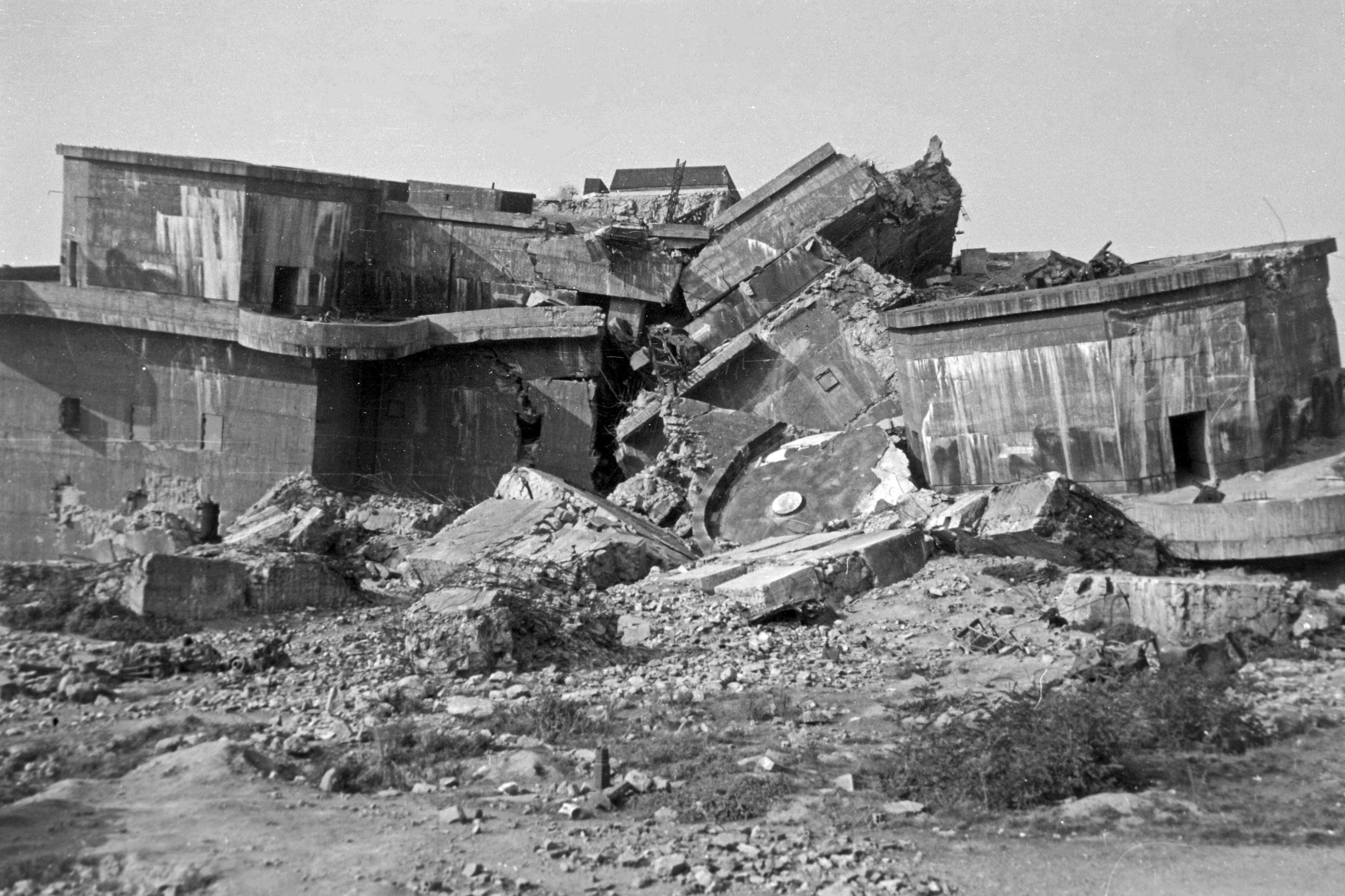 Sprengungen in Berlin: Der geborstene Bunker in Friedrichshain, 1946. Foto: Imago/Erich Andres/United Archives