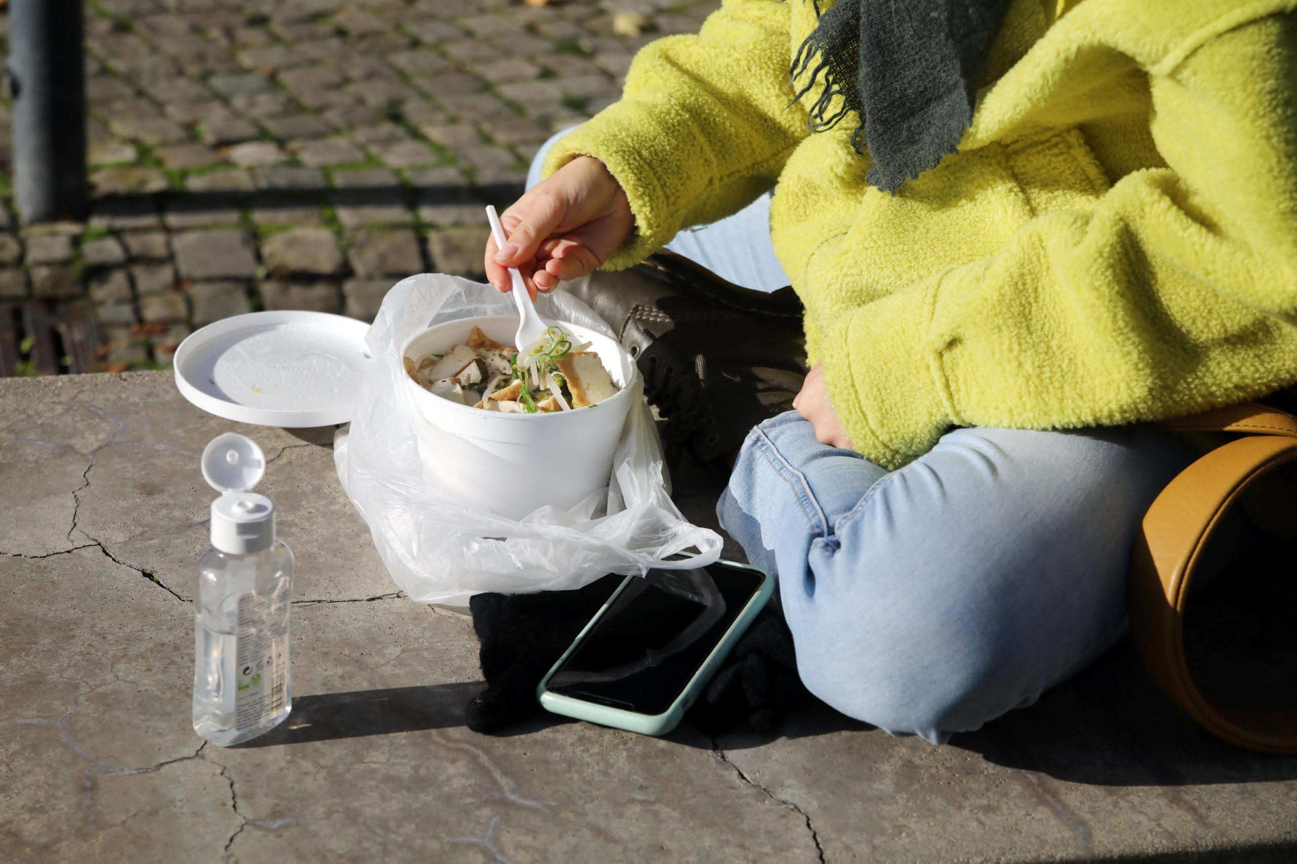 take-away Schönes Wetter und geschlossene Restaurants führen zu haufenweise mehr Verpackungsmüll in Berlin.